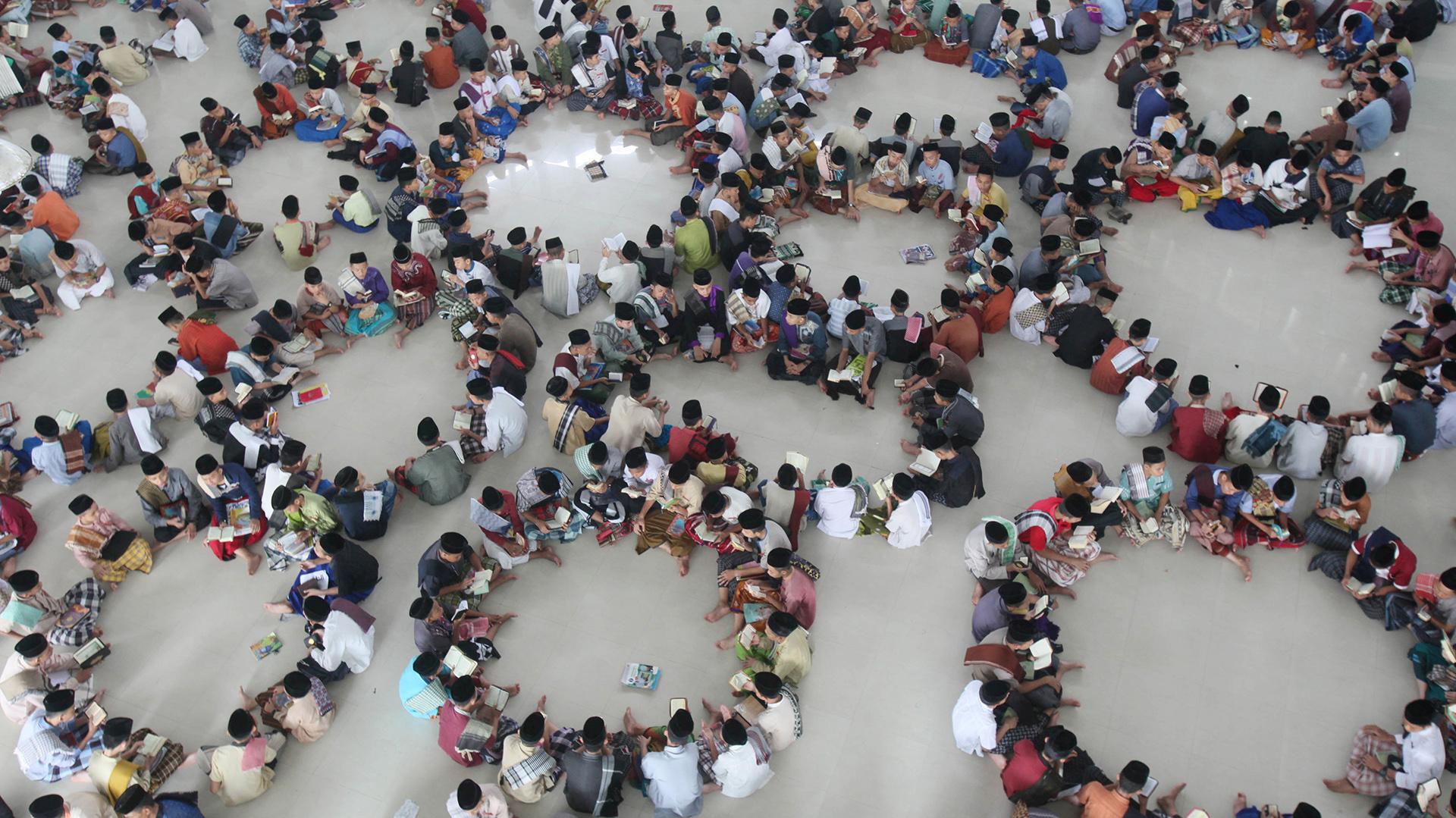 Los estudiantes recitan el Corán durante las horas sagradas del primer día de Ramadán (AP)