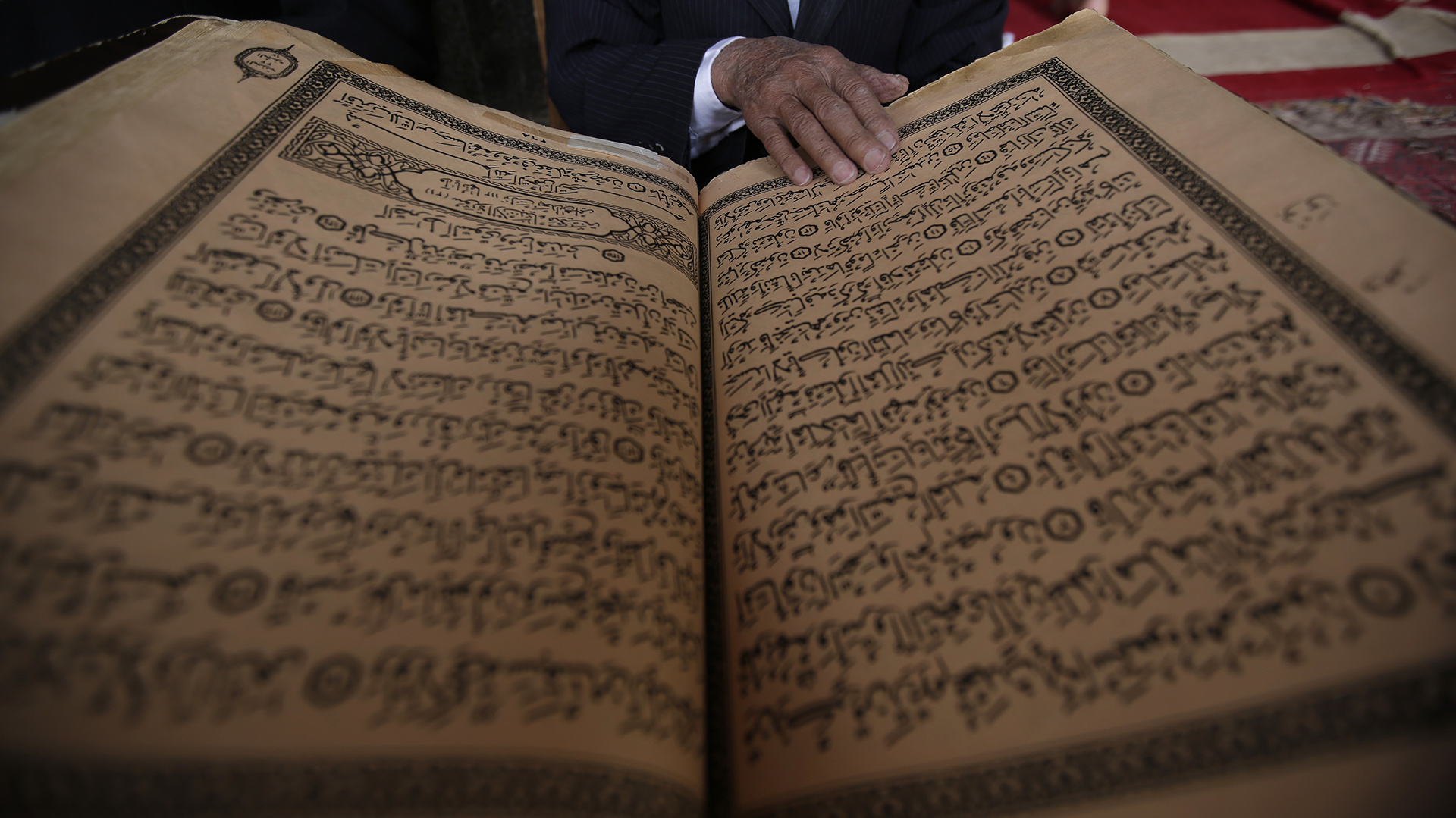 Durante el Ramadán, la lectura de los versos del Corán, el libro sagrado del islam, es una actividad cotidiana y obligada (AFP)