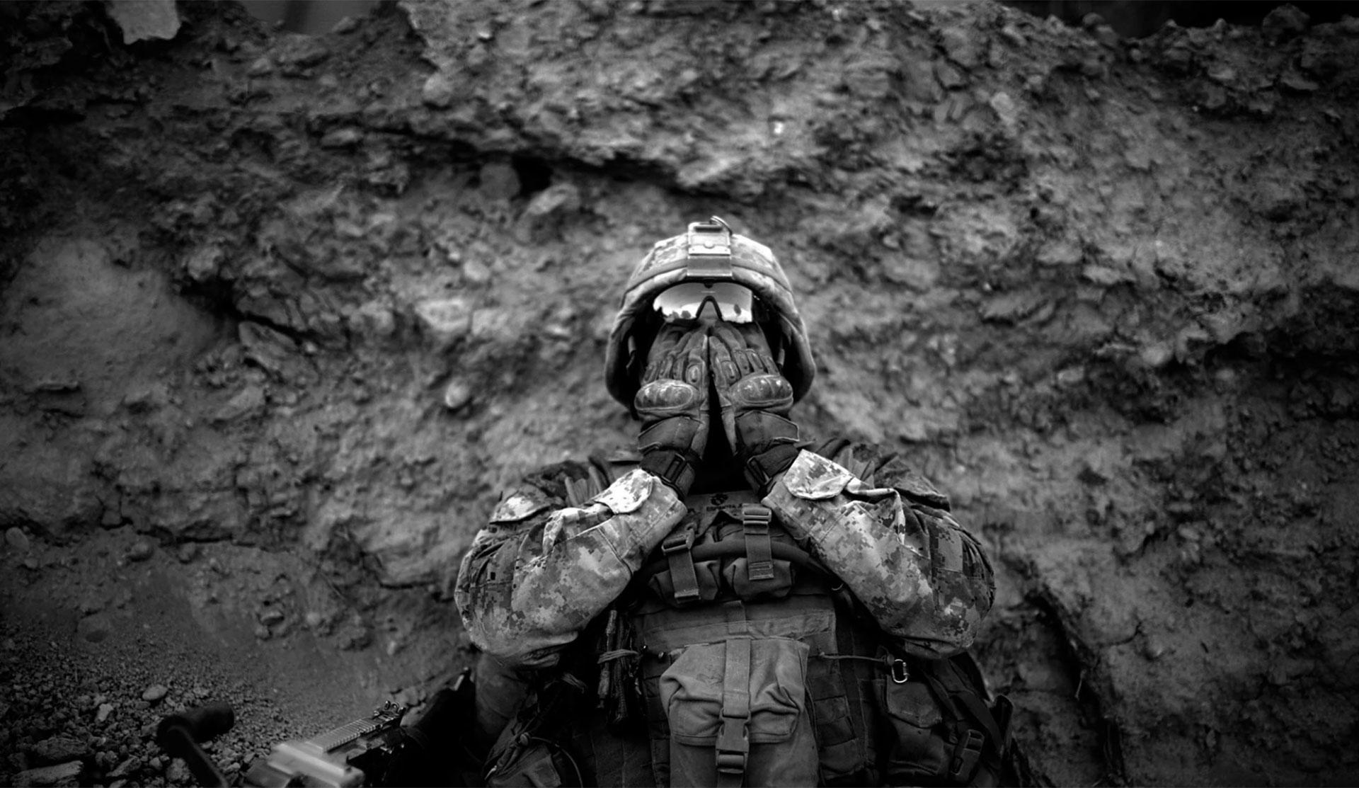 El marineAnthony Espinoza se limpia la sal y el sudor de sus ojos, en el distrito Sangin, en el sur de Afganistán. Las altas temperaturas y la humedad fueron otro de los enemigos de los estadounidenses en tierra talibana (2011)