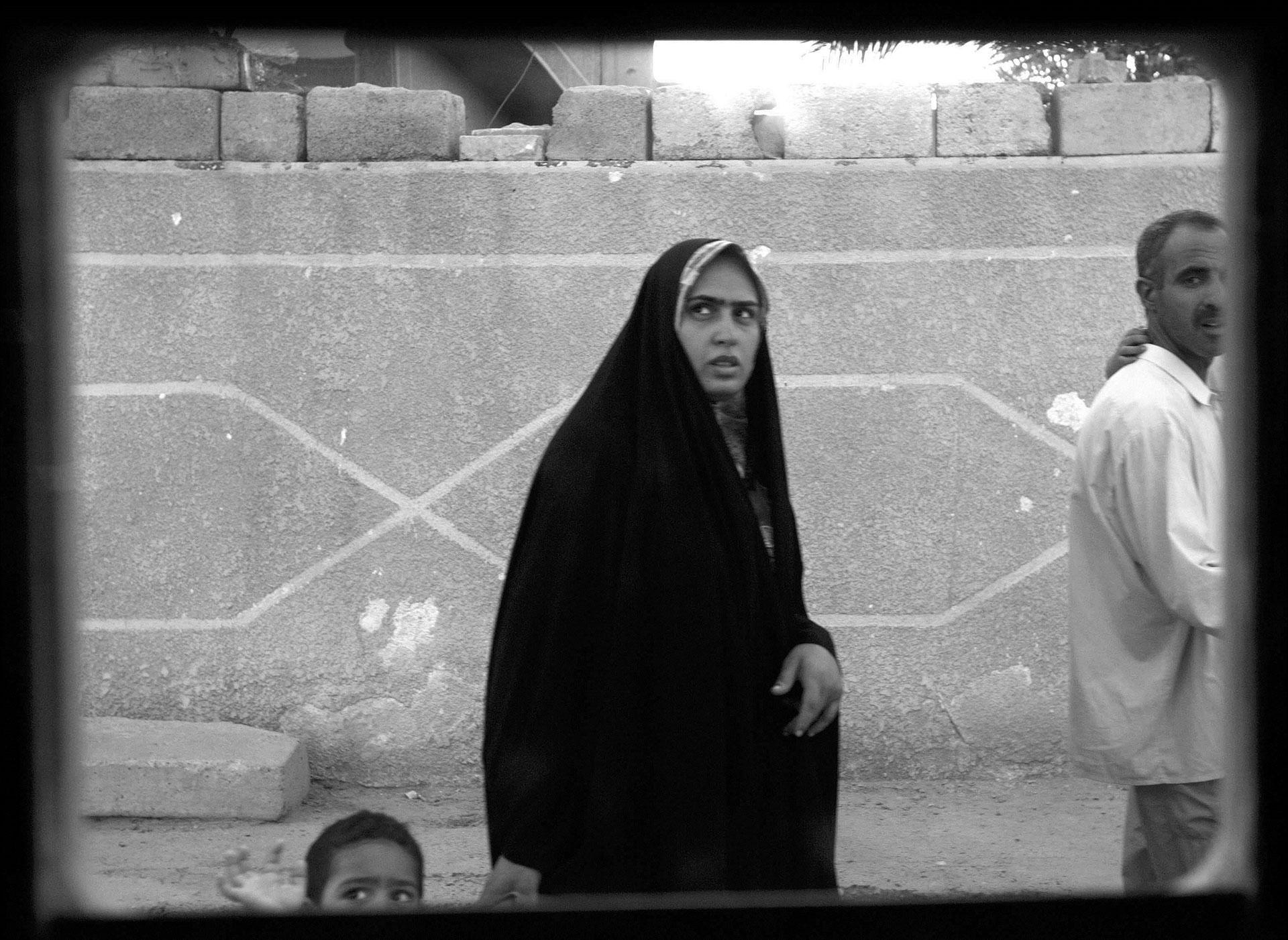 Bagdad, 2014. Una mujer y su pequeño hijo miran fijo al soldado sobre la superficie del transporte militar estadounidensedesde donde Gilkey tomó la fotografía