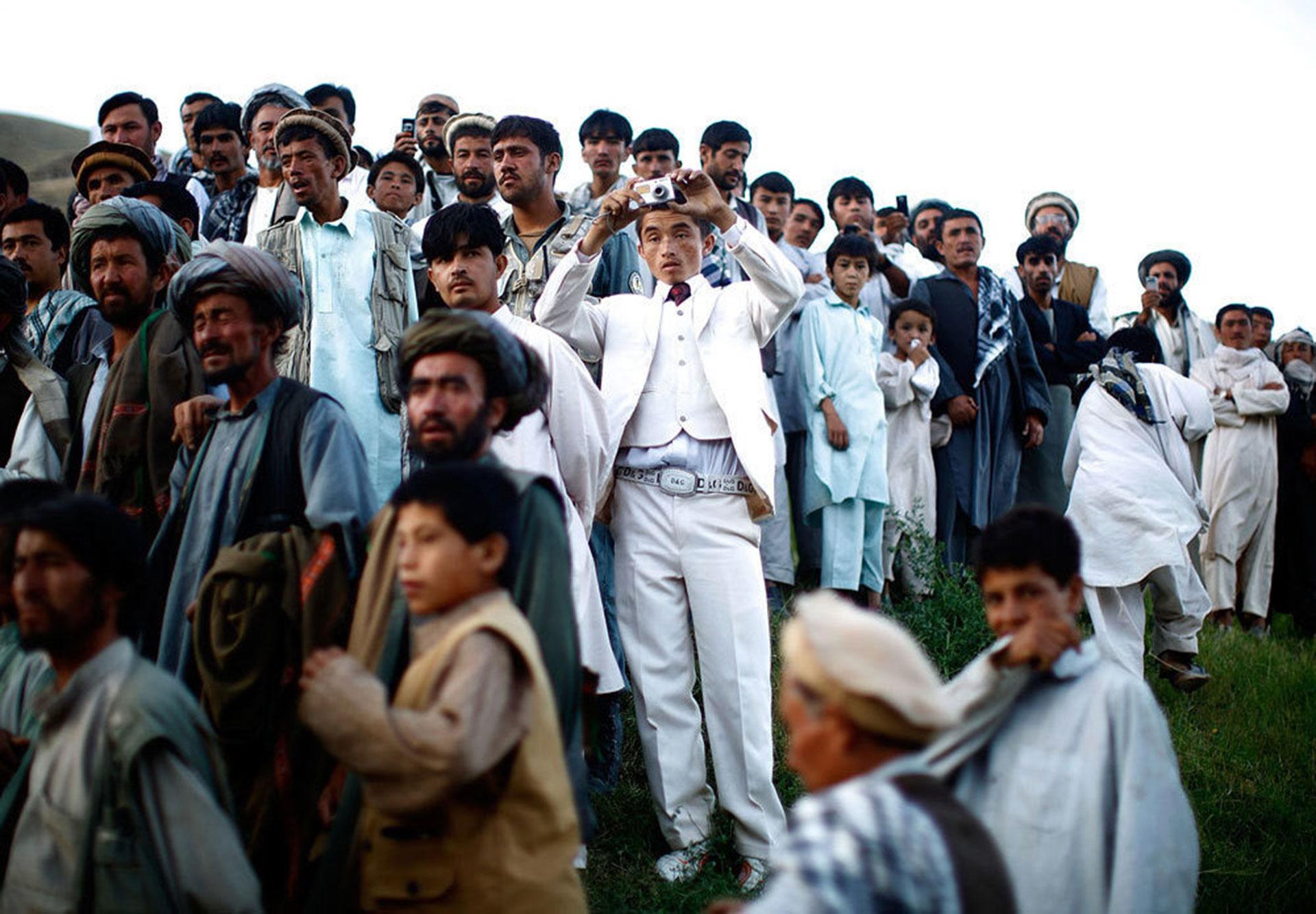 Campaña electoral en Afganistán. Cientos de personas se reúnen para escuchar un acto político del presidente Hamid Karzai (2009)