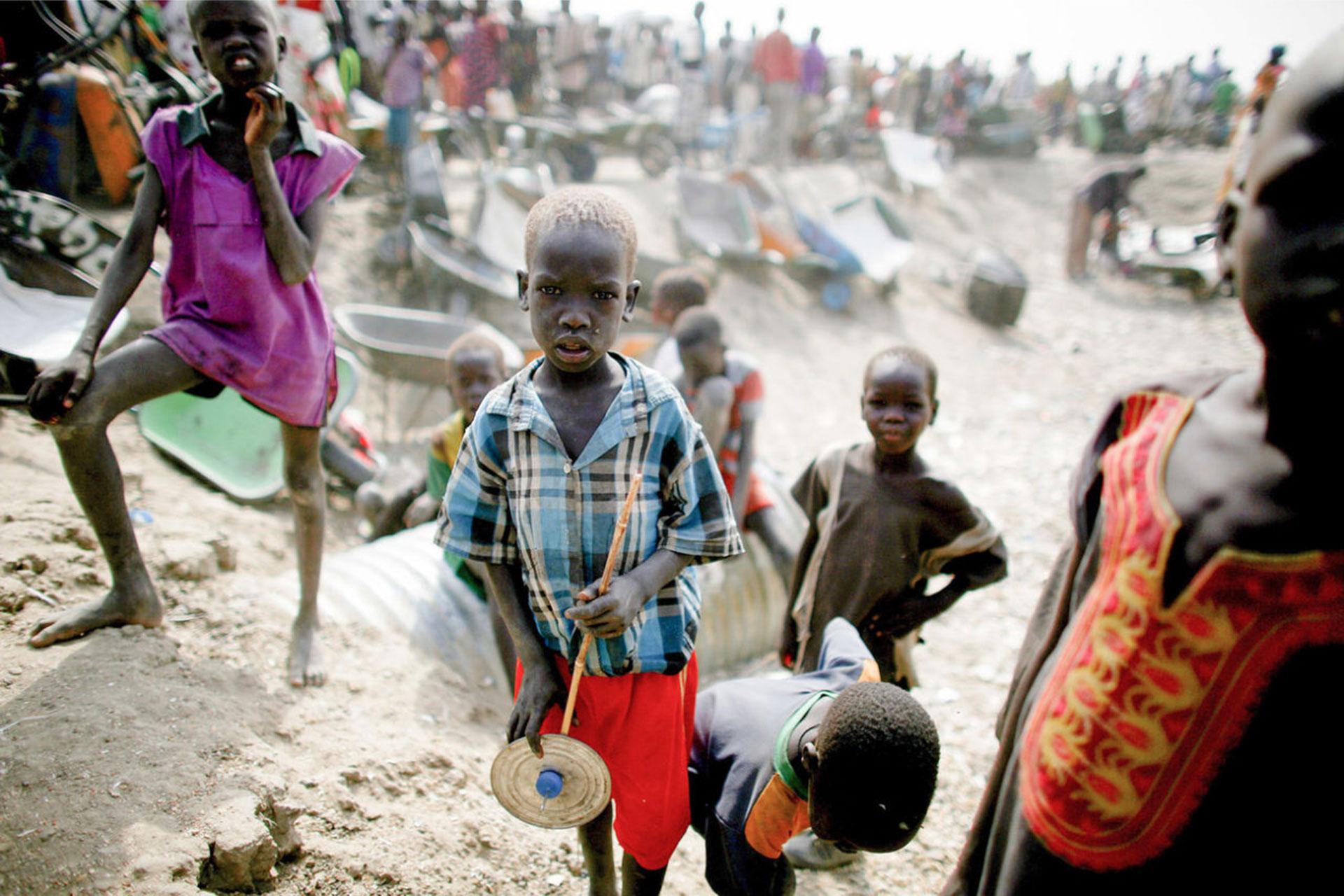 Año 2016, Sudán del Sur, en una base de las Naciones Unidas cerca de Bentiu. Decenas de miles de personas forman una fila para conseguir algo de comida