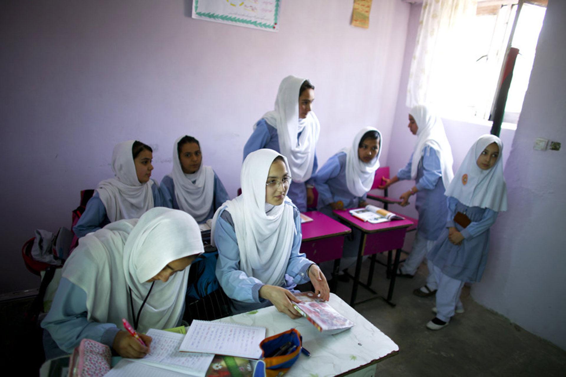 Kabul, 2015. Estas niñas tuvieron el privilegio de asistir a una escuela, a diferencia de millones de afganas que no reciben educación por ser mujeres en tierra talibana