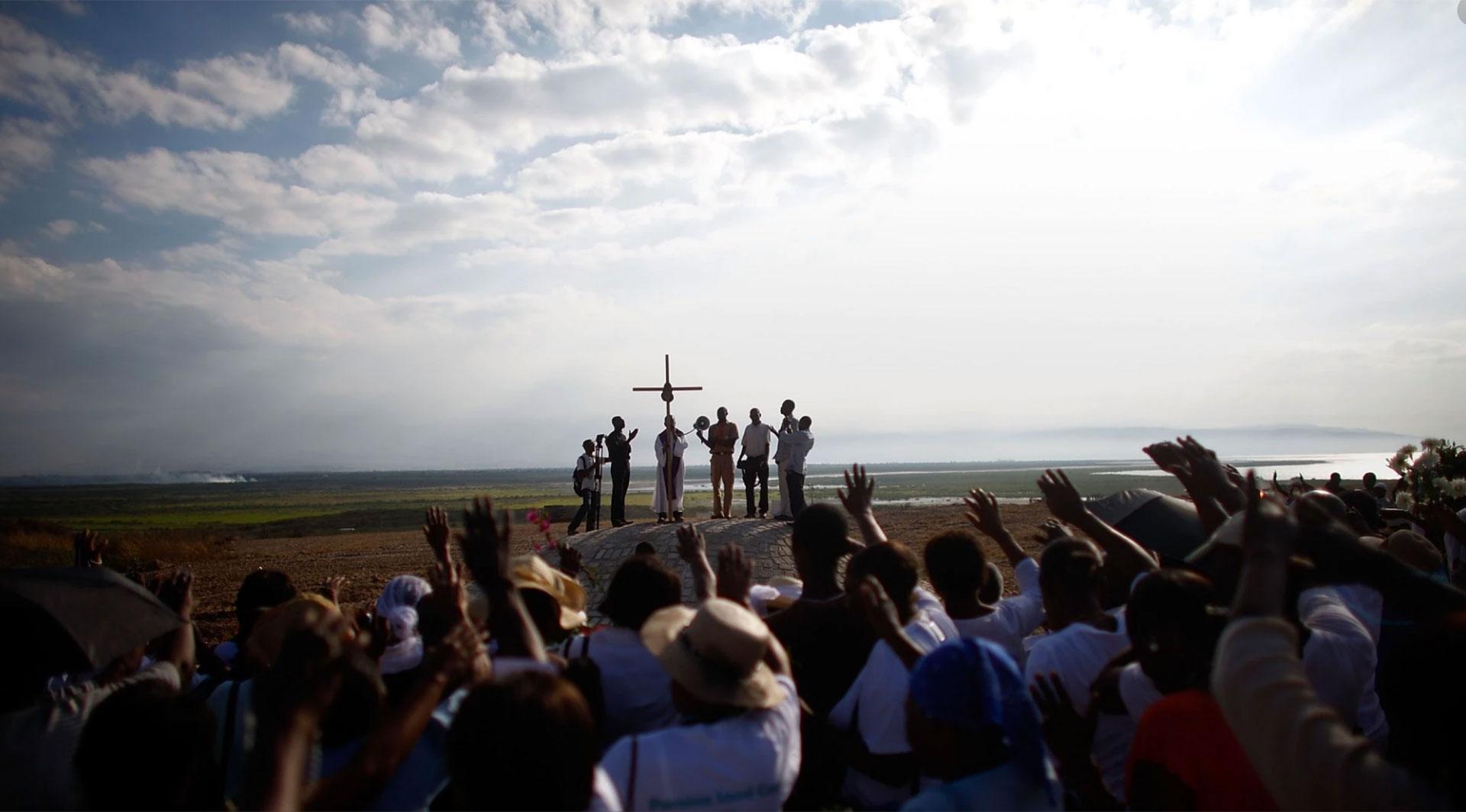 Una misa sobre las ruinas de una catedral católica en Puerto Príncipe. Se conmemoraba el primer aniversario del trágico terremoto de 2010. David Gilkey aún estaba allí