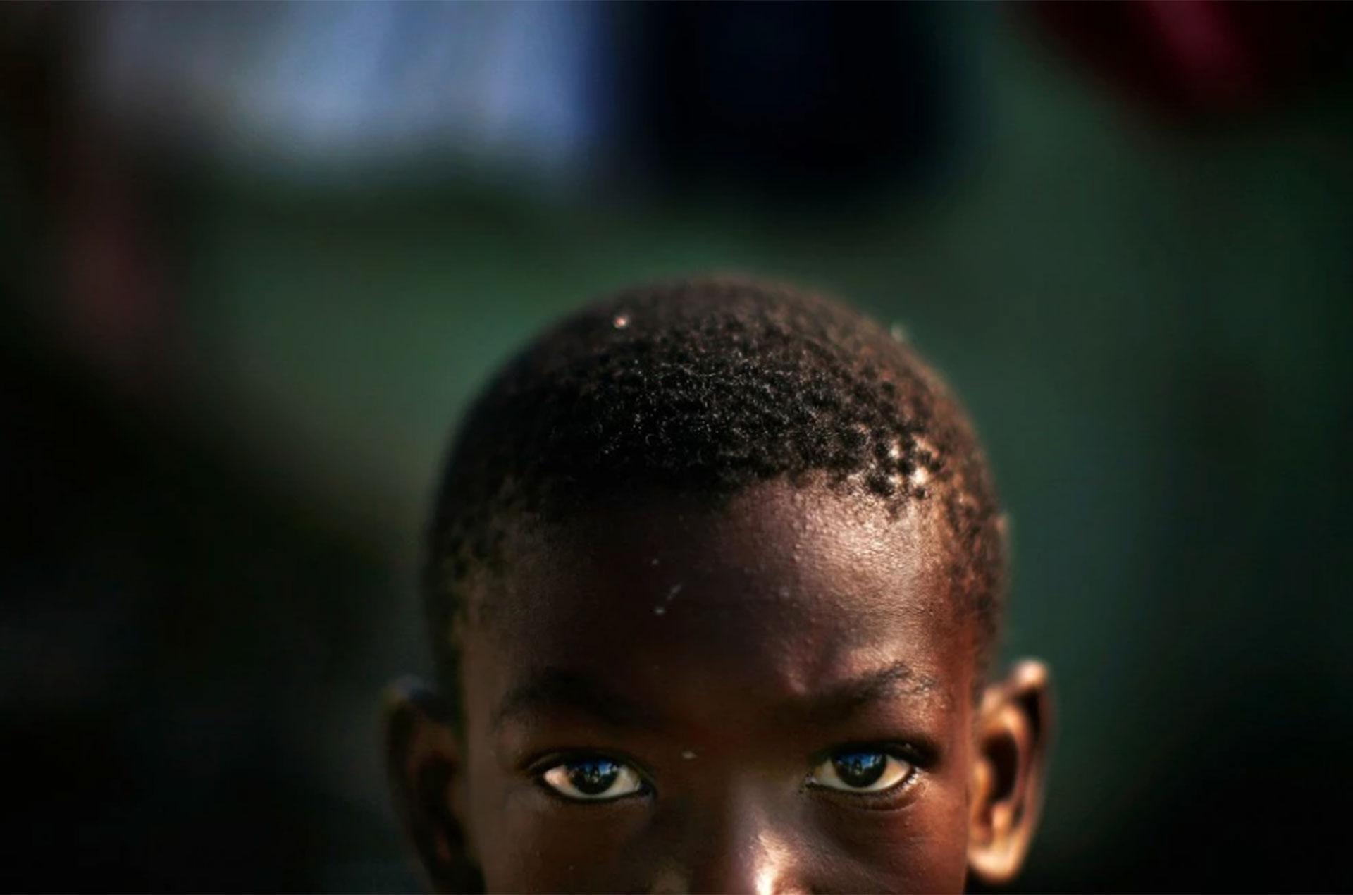 Alexis Mertulus, de 10 años en 2010, está de pie en el Campo Mais en Puerto Príncipe. Es uno de los tantos que sufrieron las consecuencias del devastador terremoto
