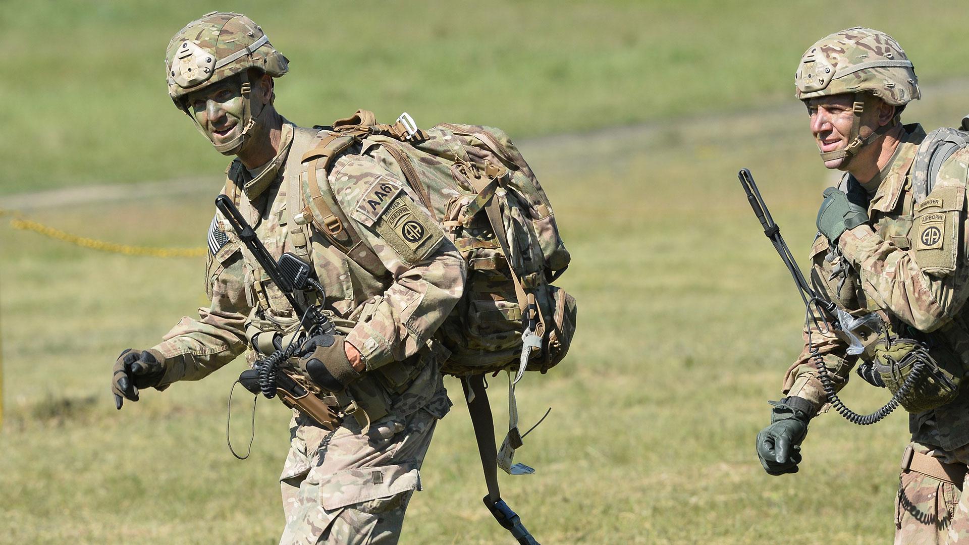 El comandante de la 82.ª División Aérea de los Estados Unidos, General Richard D. Clarke, completamente camuflado (AP)