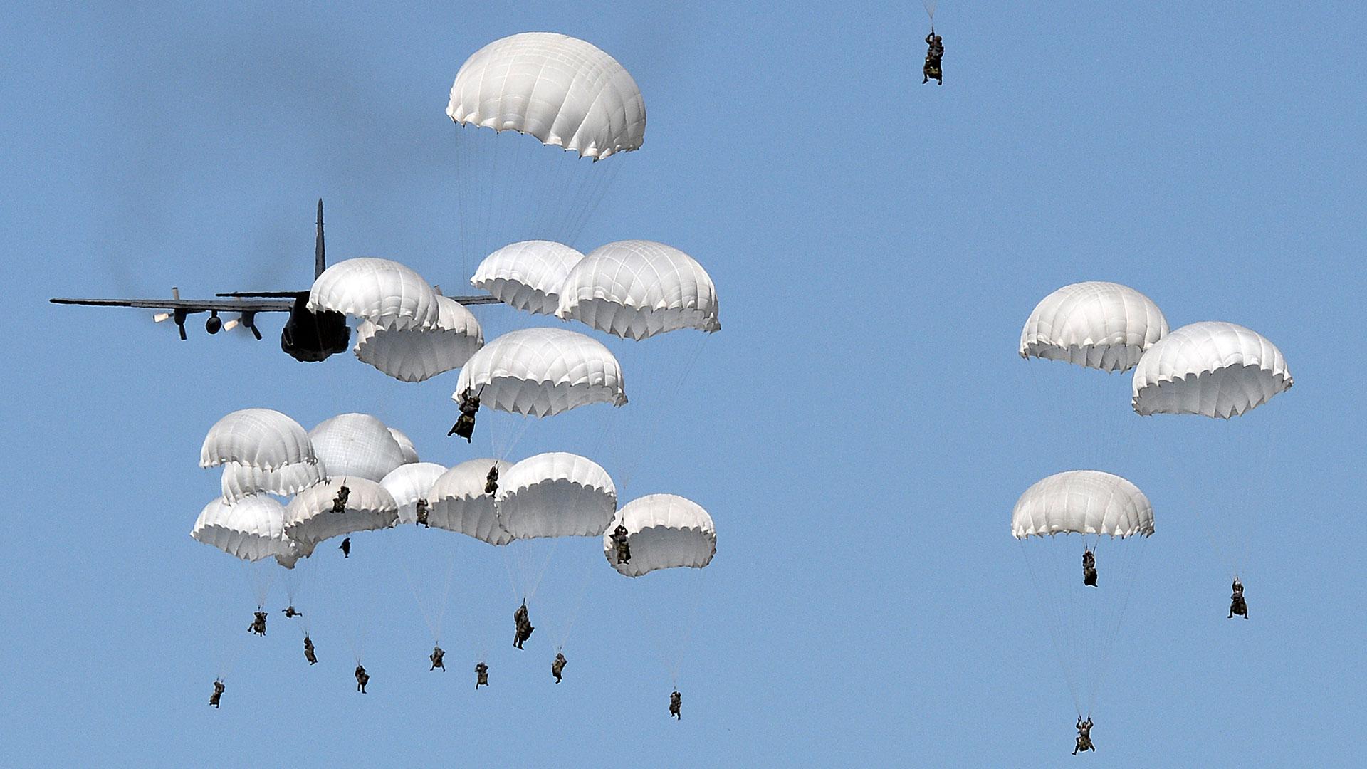 Miles de paracaidistas se arrojaron desde los Boeing C-17 Globemaster (AFP)