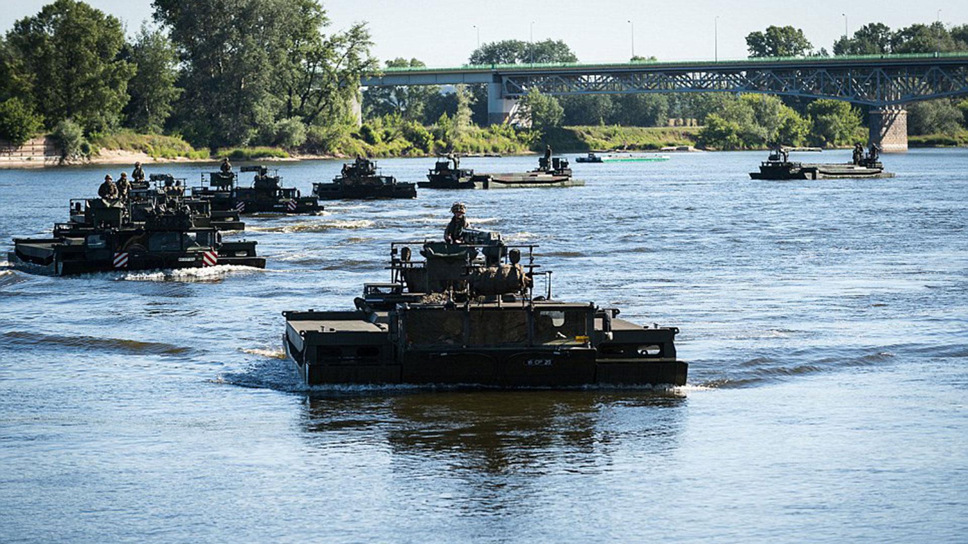 Los vehículos amfibios fueron una de las mayores atracciones para los habitantes de la ciudad polaca de Torun, que se acercaron a observar los movimientos militares de la OTAN