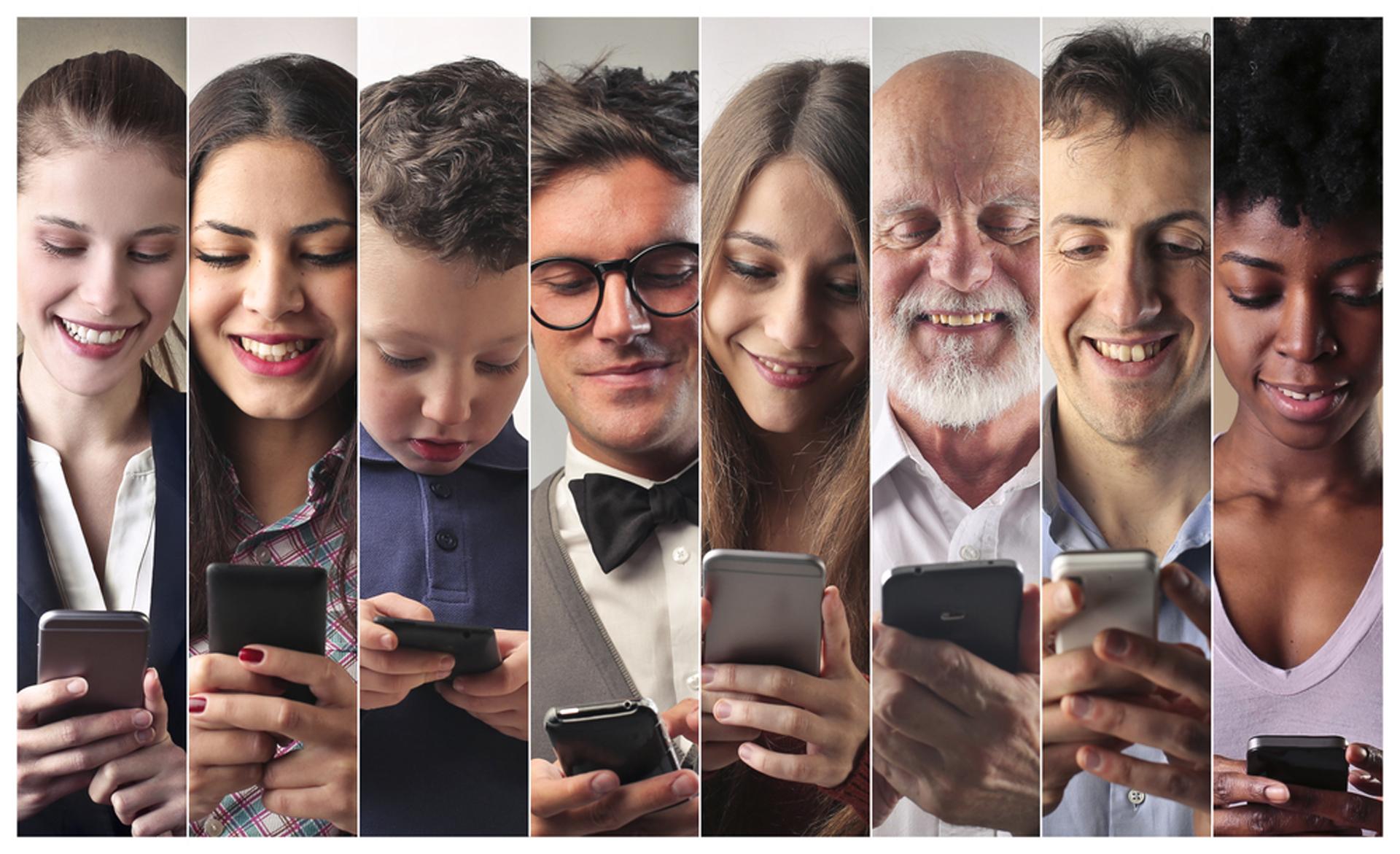 Chequear el celular de forma muy frecuente no es algo solo de los chicos (Shutterstock)
