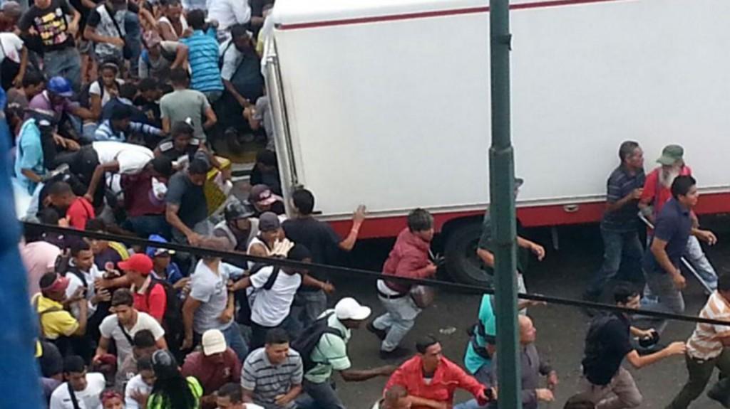 Un camión fue saqueado por decenas de personas (Twitter)
