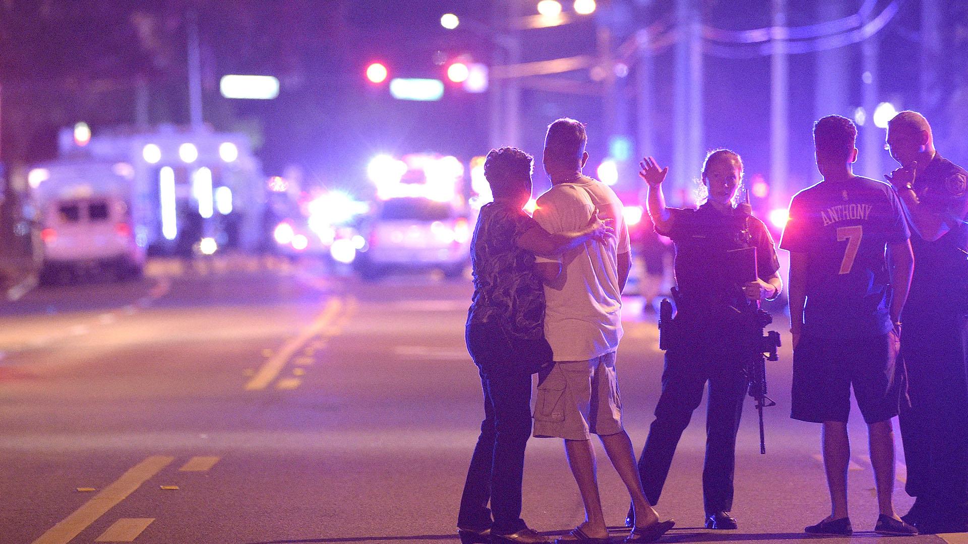 Agentes de policía informan y mantienen alejados a familiares de personas que anoche estaban en el club Pulse. (AP Photo/Phelan M. Ebenhack)