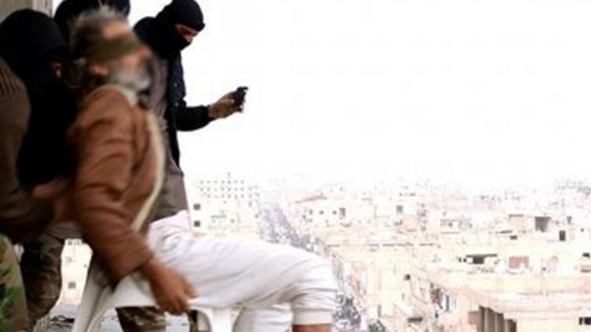 Febrero de 2015. En Raqqa, Siria, ISIS lanza nuevamente desde un edificio a otra persona por ser gay. La modalidad comenzaba a extenderse por todas las ciudades donde se aplicaba la sharia