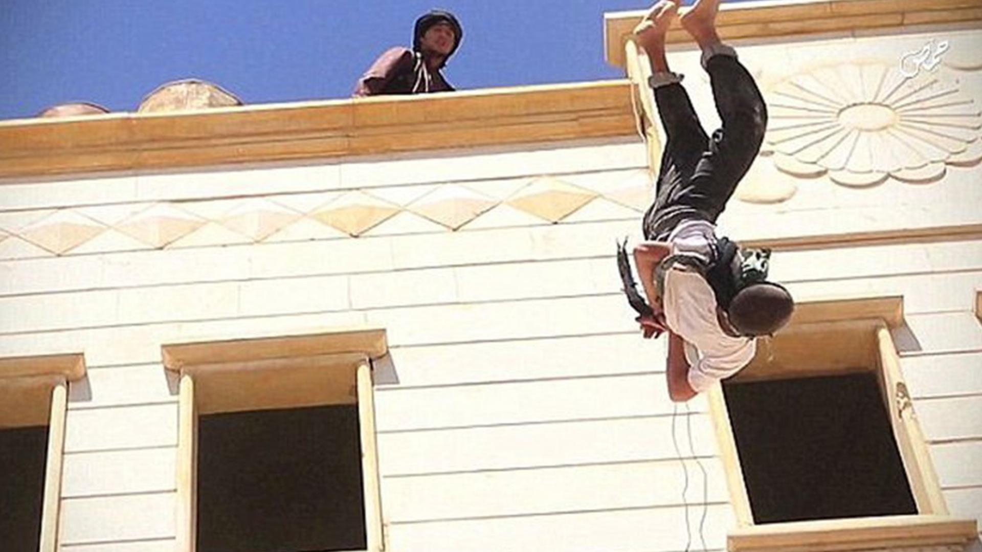 """Un adolescente de 15 años fue violado por Abu Zaid al Jazrawi, oficial de ISIS. A raíz de ello fue condenado por ser """"homosexual"""": fue ejecutado"""