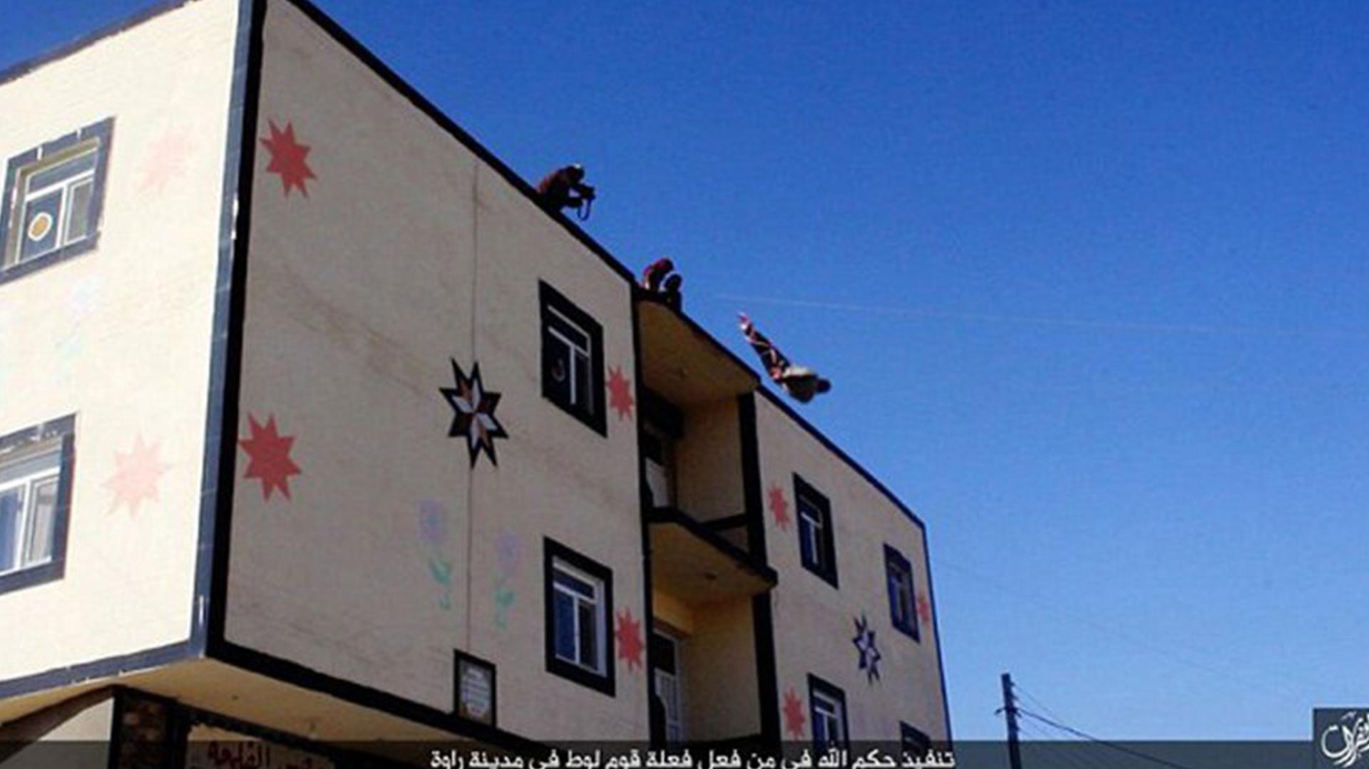 """El hombre fue sometido a un simulacro absurdo de """"tribunal islámico"""", que lo condenó a muerte. Como marcaba la tradición, fue arrojado desde la azotea de un edificio en la provincia siria de Deir Ezzor"""