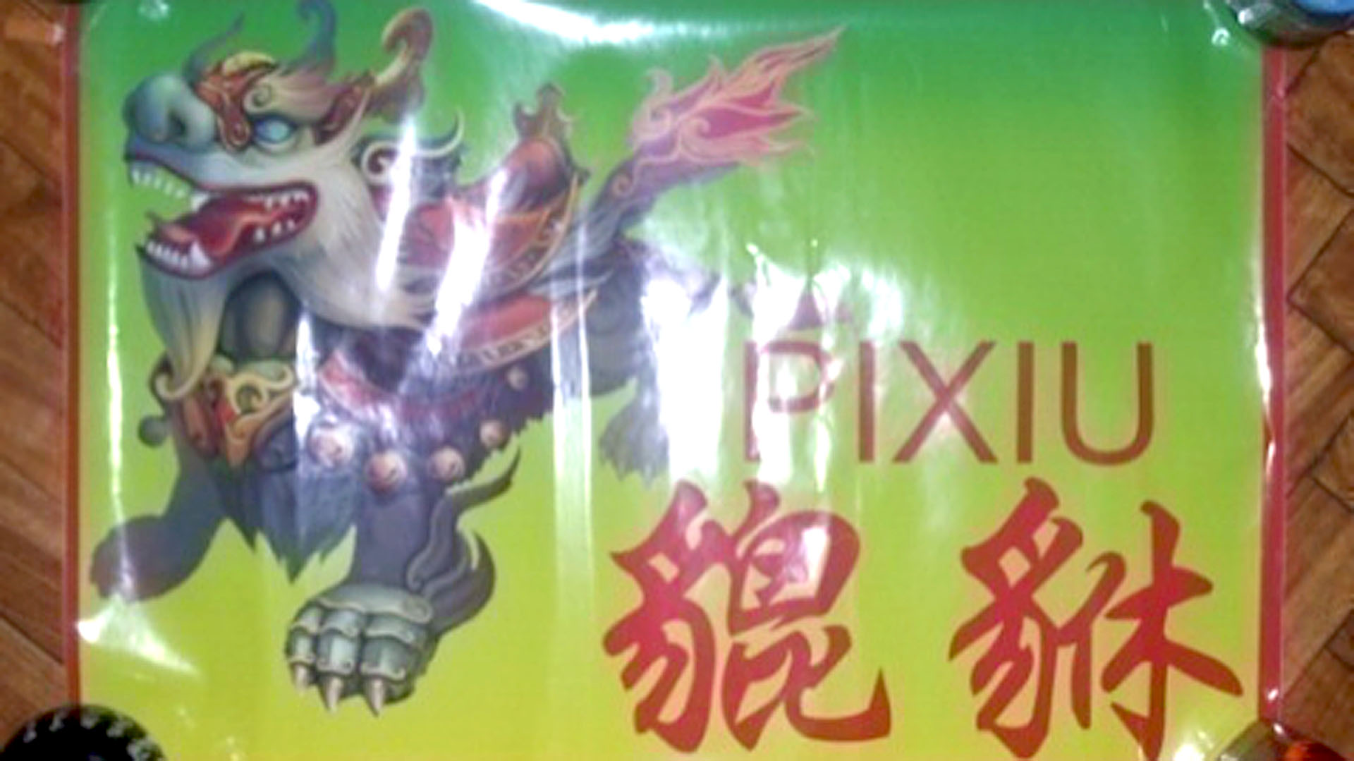 Sticker del clan Pixiu, visible en los supermercados que extorsionaba