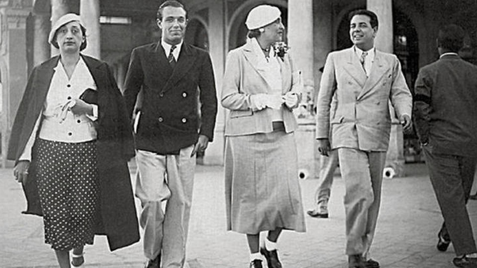 Bioy Casares y J.L.Borges pasean por la rambla de Mar del Plata junto a Victoria Ocampo y otra amiga