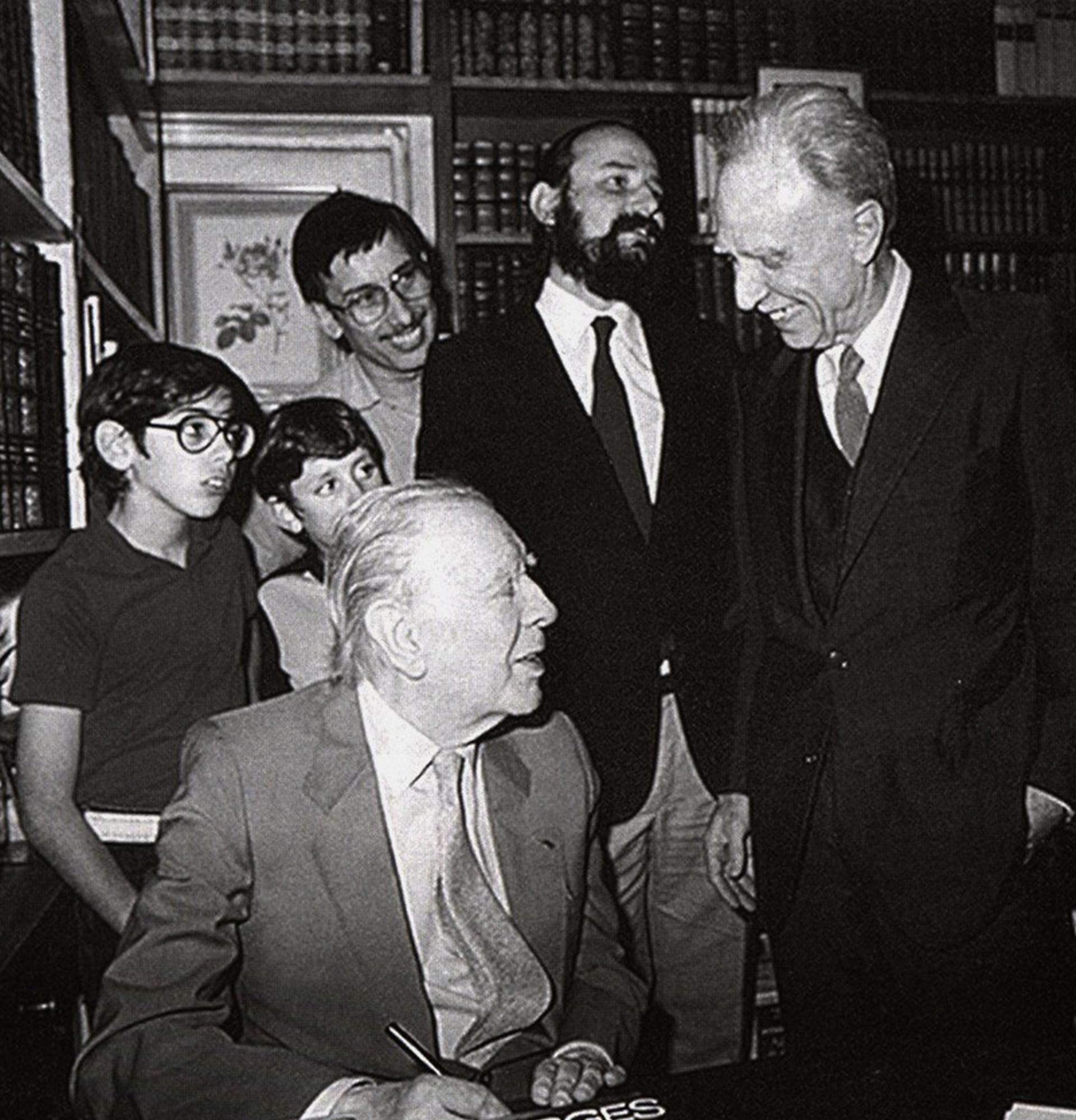 Último encuentro entre Borges y Bioy, en la librería de Alberto Casares (en el centro de pie, con barba)