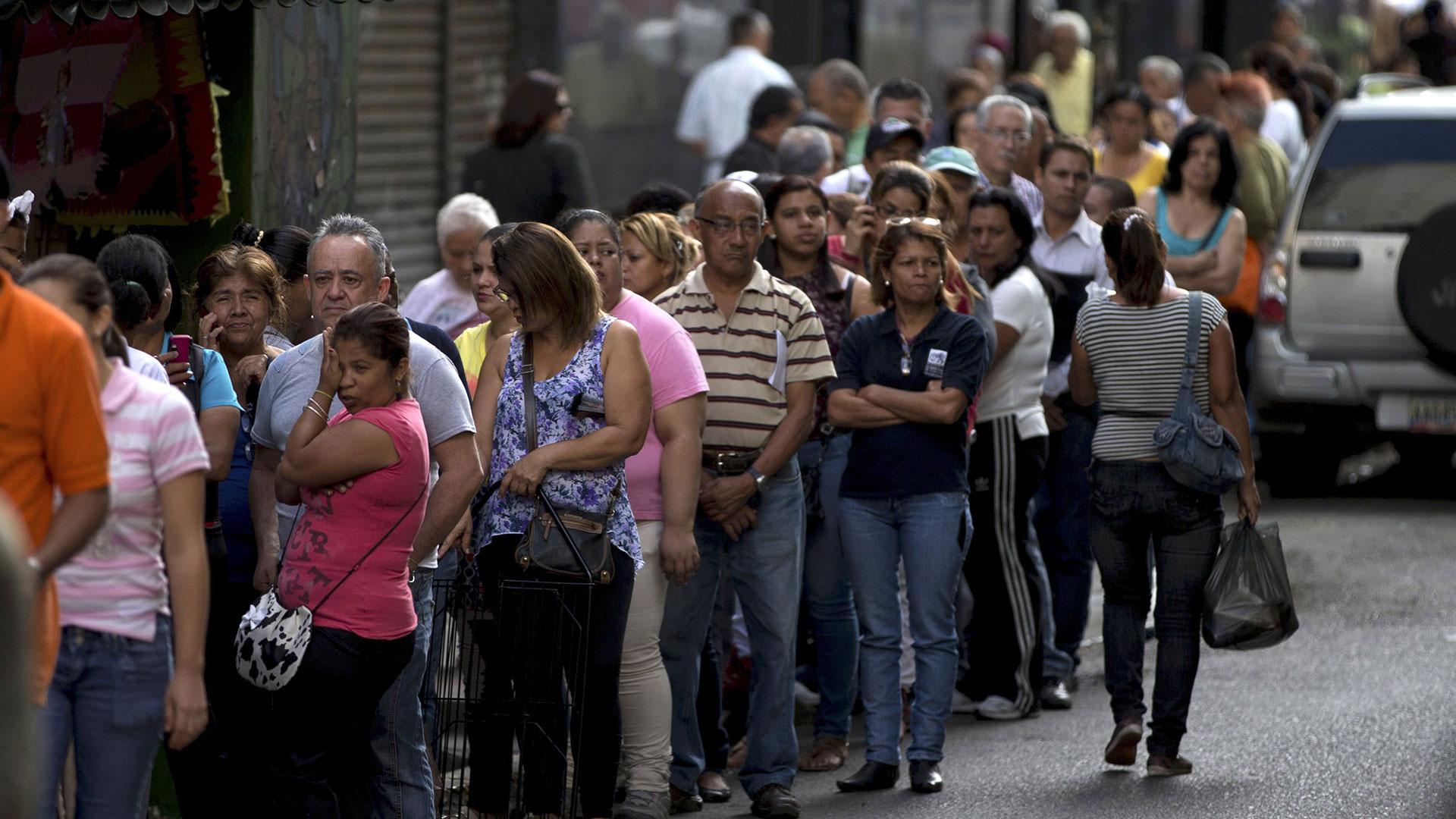 En la esperapara ingresar al supermercado, Venezuela. (AP)