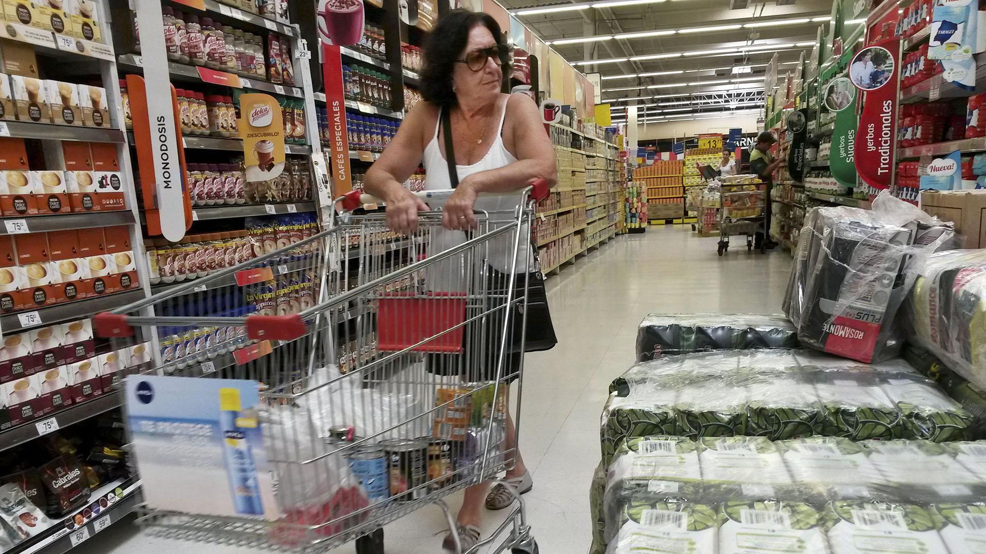 Paquetes de yerba apilados en las góndolas de un supermercado (NA)