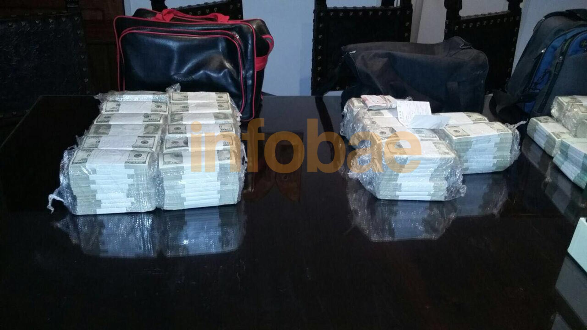 Los fajos de dólares que López intentaba esconder en el patio trasero del convento.