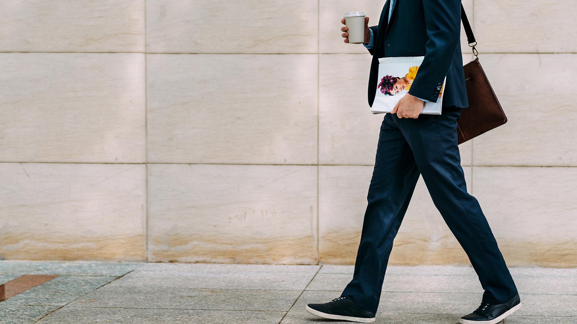 Bajarse antes del colectivo y caminar hasta el trabajo es una manera de estar activo (Shutterstock)