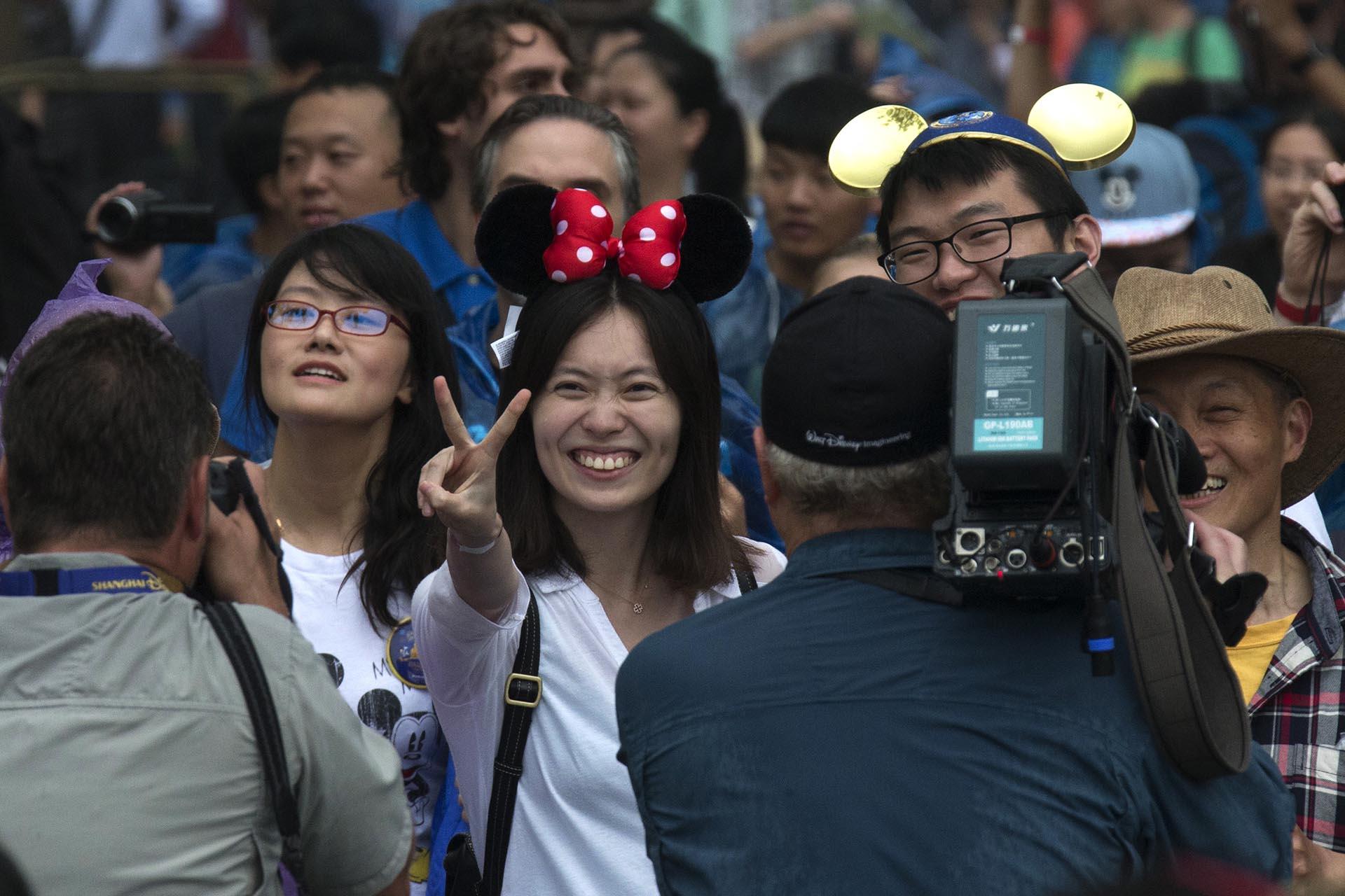 Miles de chinos se acercaron este jueves a la inauguración del primer megaparque de diversiones de Disney (AP)