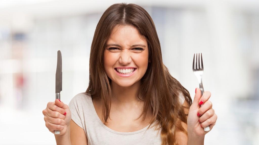 Se come más y peor cuando se duerme poco y mal (Shutterstock)