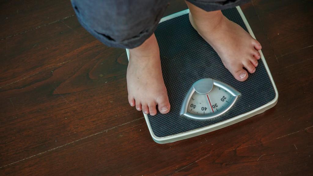 Dormir bien puede ayudar a contrarrestar los efectos de la obesidad (Shutterstock)