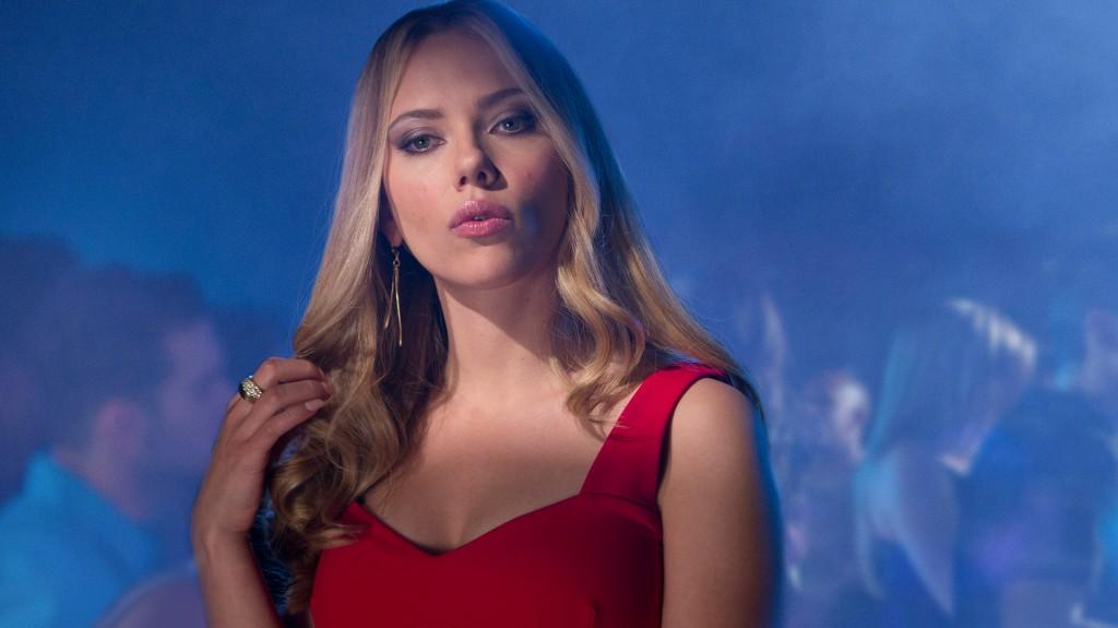 """La sensual Scarlett Johansson usa color rojo porque sabe que es un """"truco"""" seguro para atraer a los hombres"""
