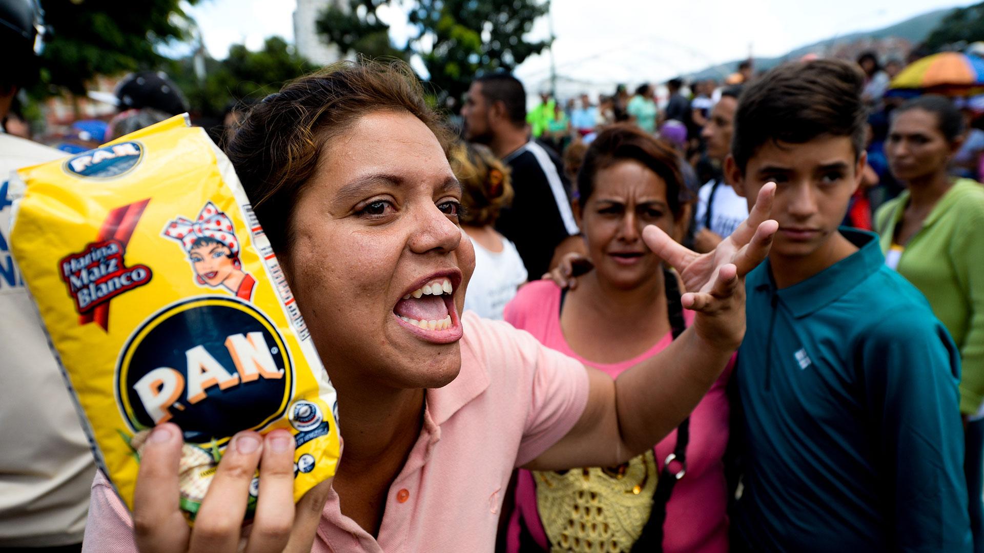 En Venezuela faltan los productos básicos y las filas para conseguir alimentos son cosa de todos los días (AFP)