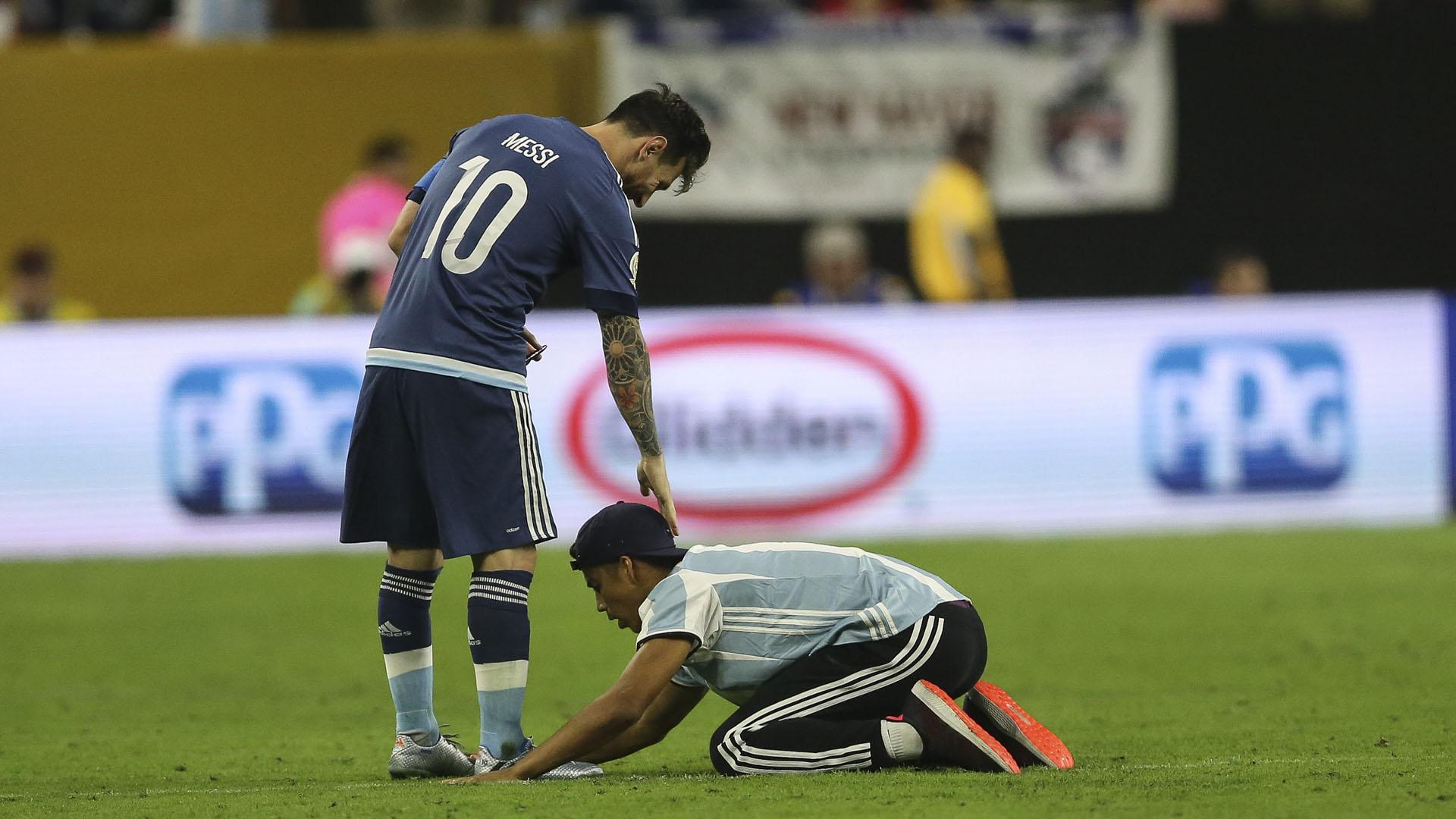 Un fanático del fútbol eludió la seguridad y corrió hastaabrazar aLionel Messi en plena semifinal de la Copa América entre Argentina y Estados Unidos (EFE)