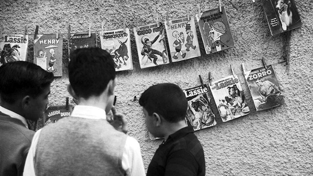Un grupo de niños curiosea un stand de historietas en Parque Rivadavia (Colección Makarius)