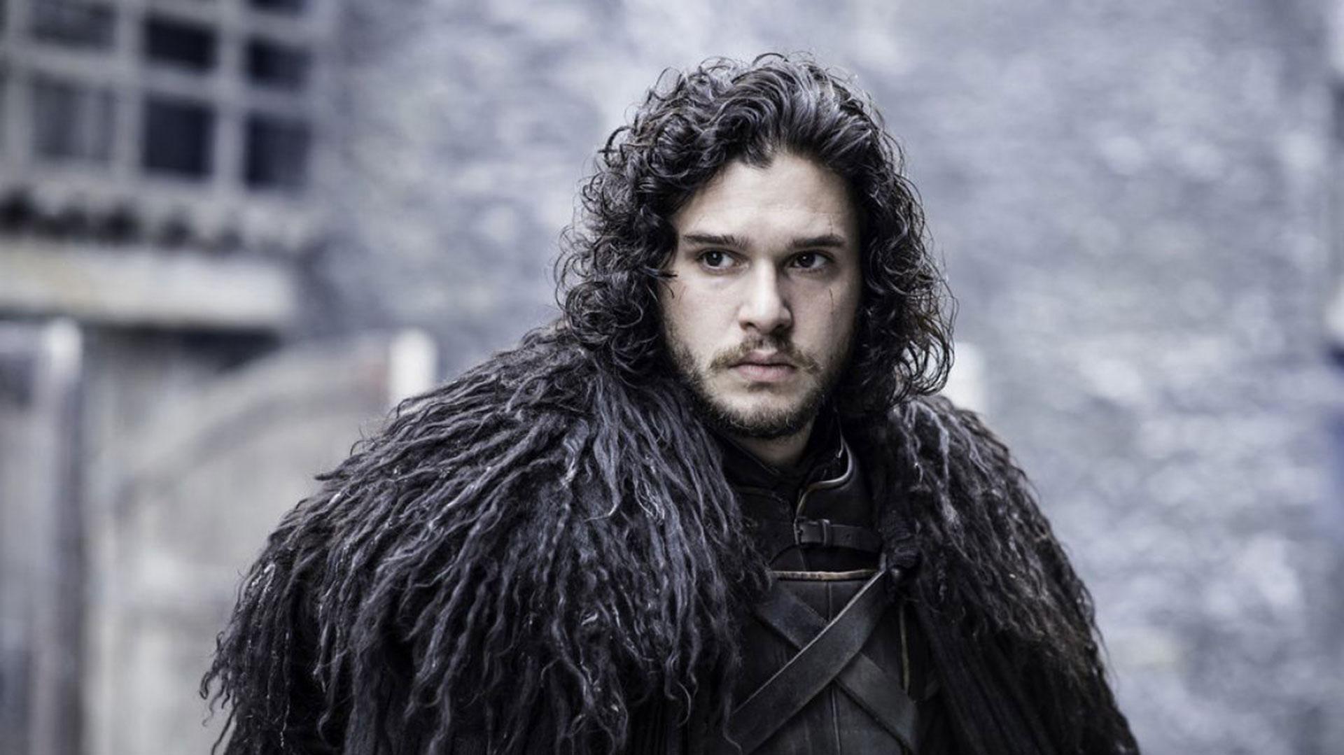Como parte de la Guardia Nocturna, el personaje de Jon Snow tiende a vestirse de negro. Chaquetas con detalles de cuero, gamuza y pelo de lana son algunas de las prendas favoritas que se vieron y llamaron la atención en la última temporada de la serie de HBO