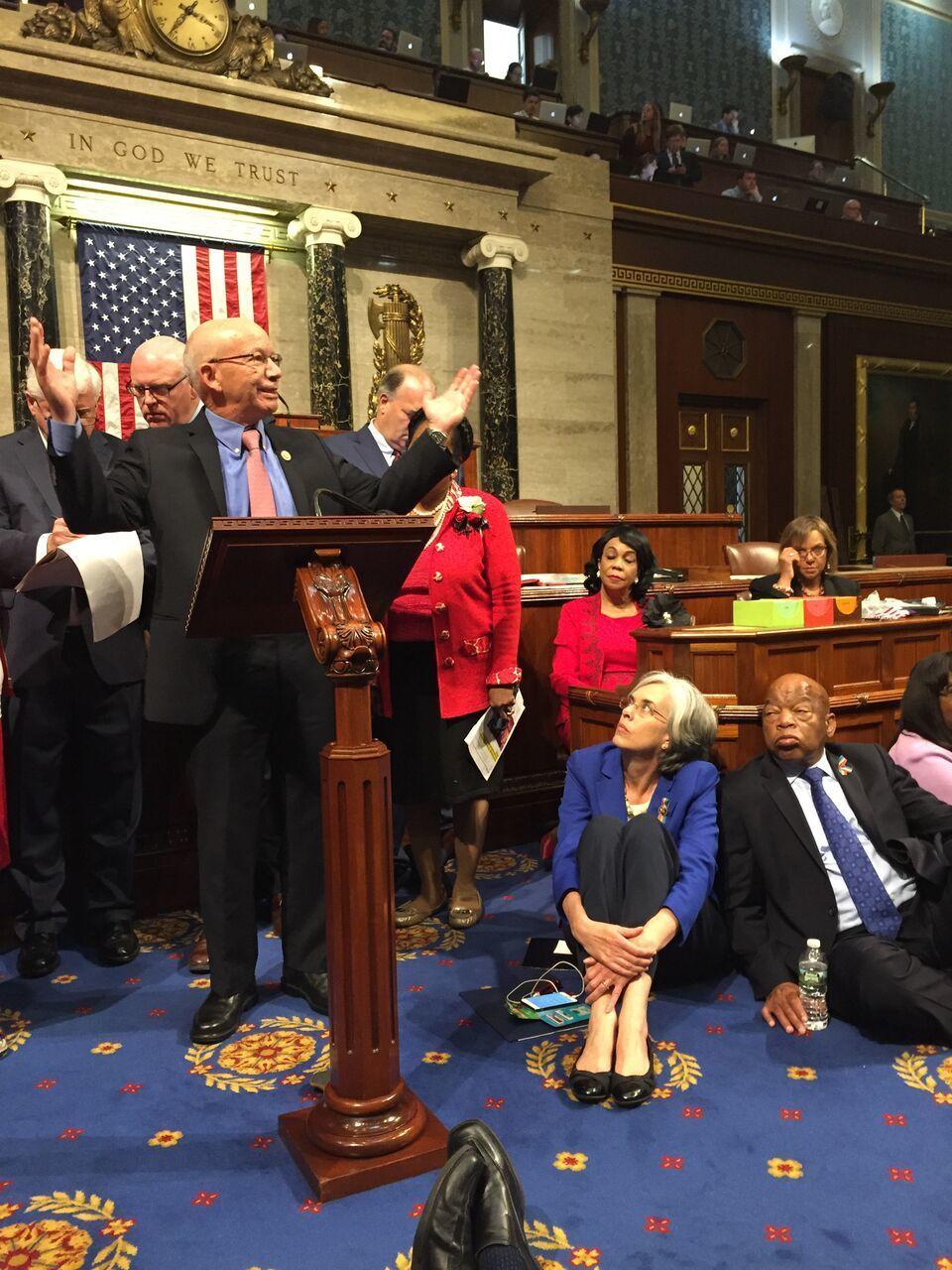 Un grupo de legisladores demócratas protestaron en el Congreso de EEUU contra el rechazo republicano a los controles de armas tras la masacre en Orlando (AP)