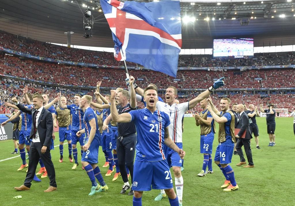 El equipo islandés celebra su clasficación (AP)