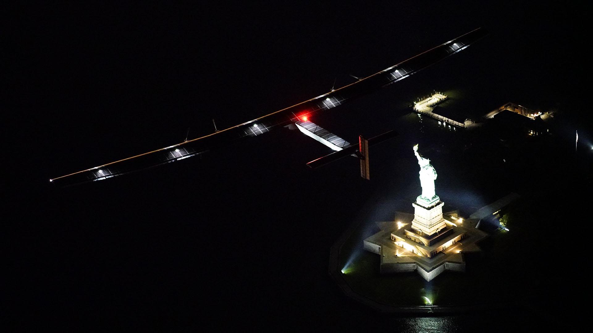 El Solar Impulse II despegó a las 02:30 hora local (06.30 GMT) del pasado lunes del aeropuerto JFK de Nueva York (AFP)