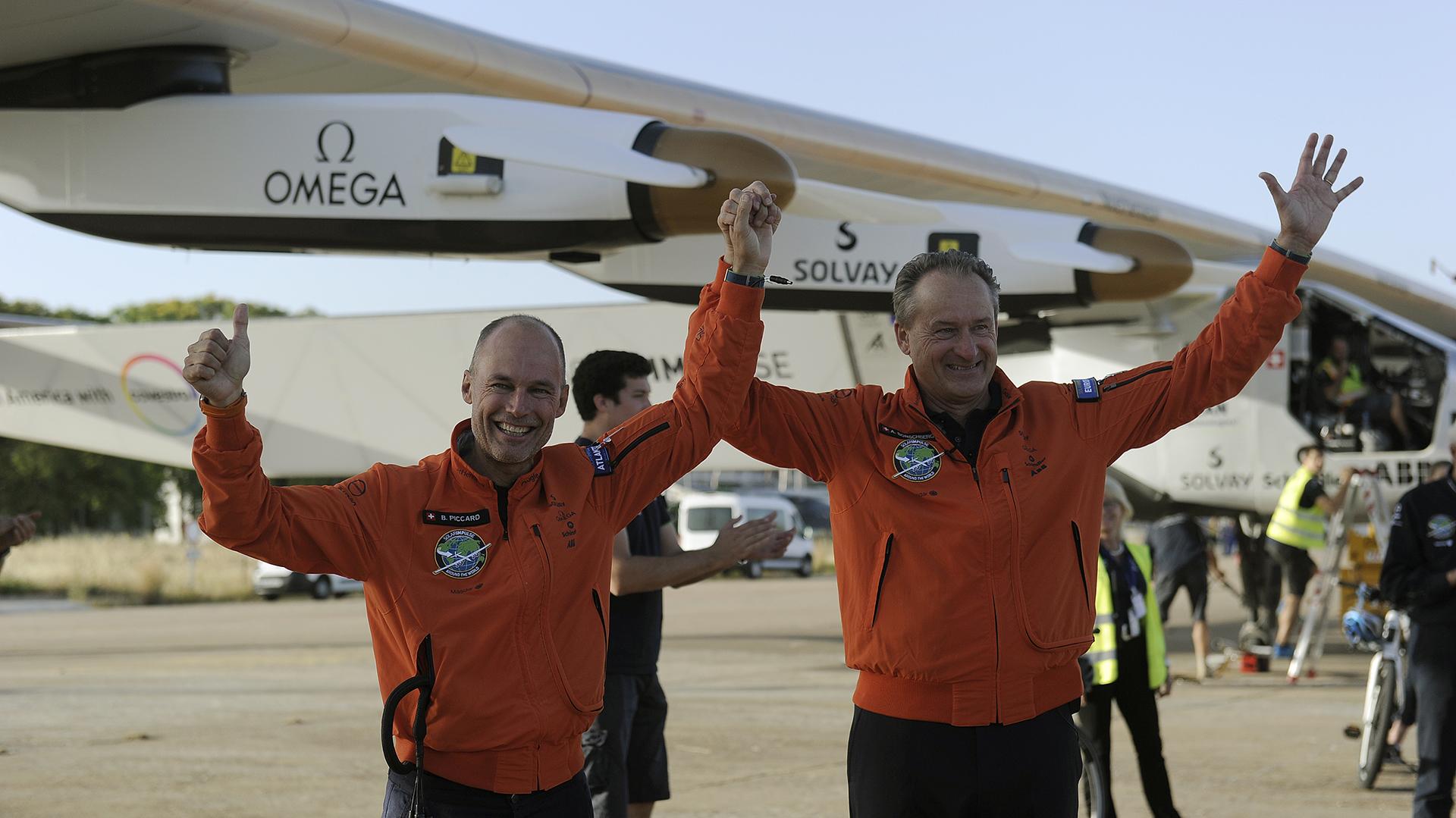 Los pilotos celebran su llegada a Sevilla. El equipo deberá decidir ahora cómo completa la vuelta al mundo, para lo cual debe de estudiar numerosos indicadores atmosféricos y geográficos. (AFP)