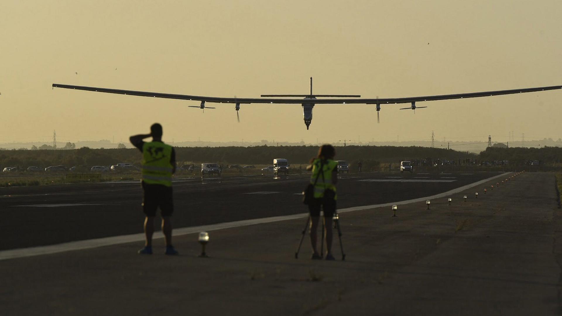 El aparato vuela día y noche sin combustible, sólo con energía solar (EFE)