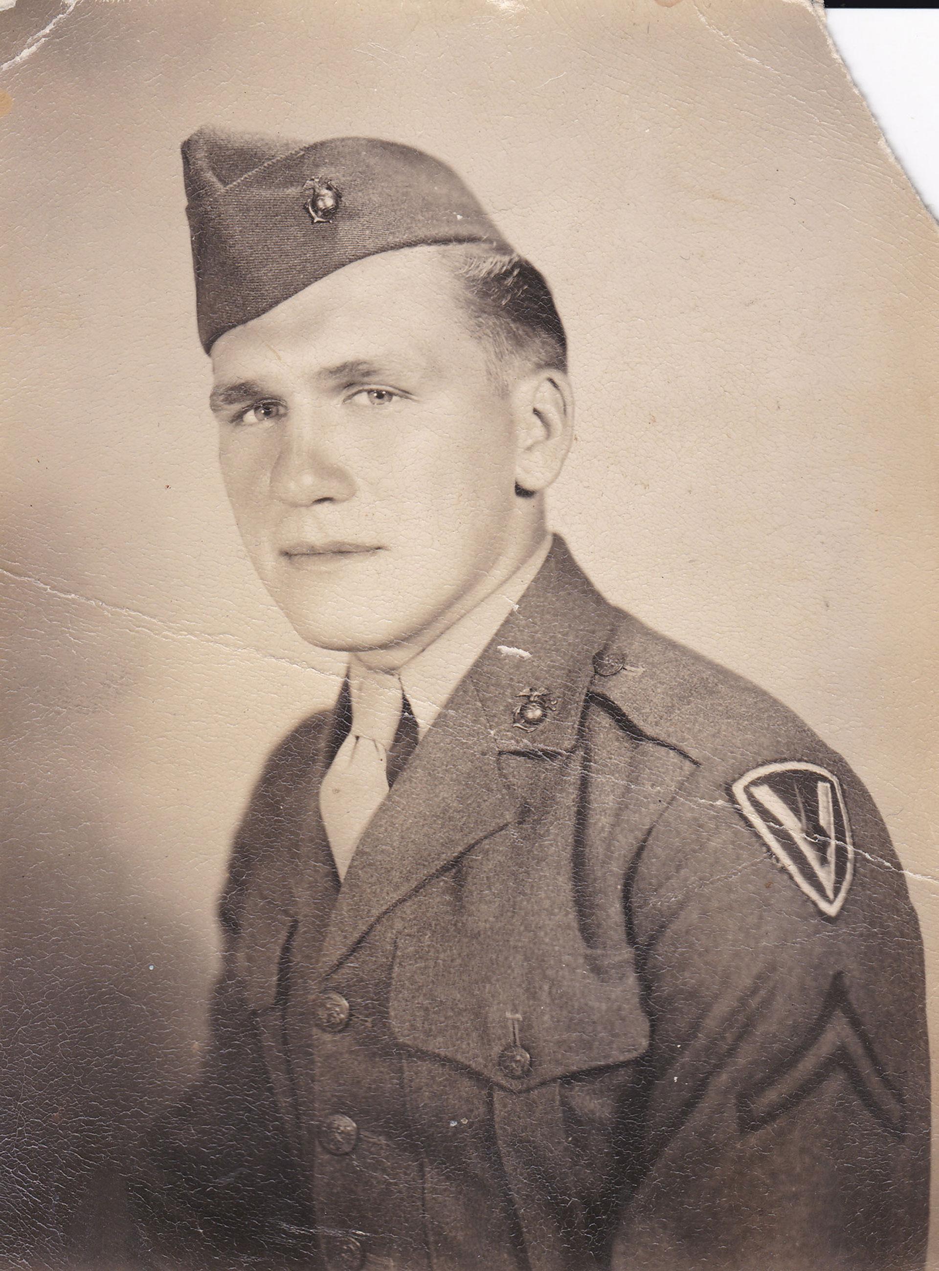 Harold Schultz. Su nombre reemplazará el de John Bradley como uno de los seis marines que protagonizaron el izamiento de la bandera estadounidense en el Monte Suribachi, en Iwo Jima, Japón