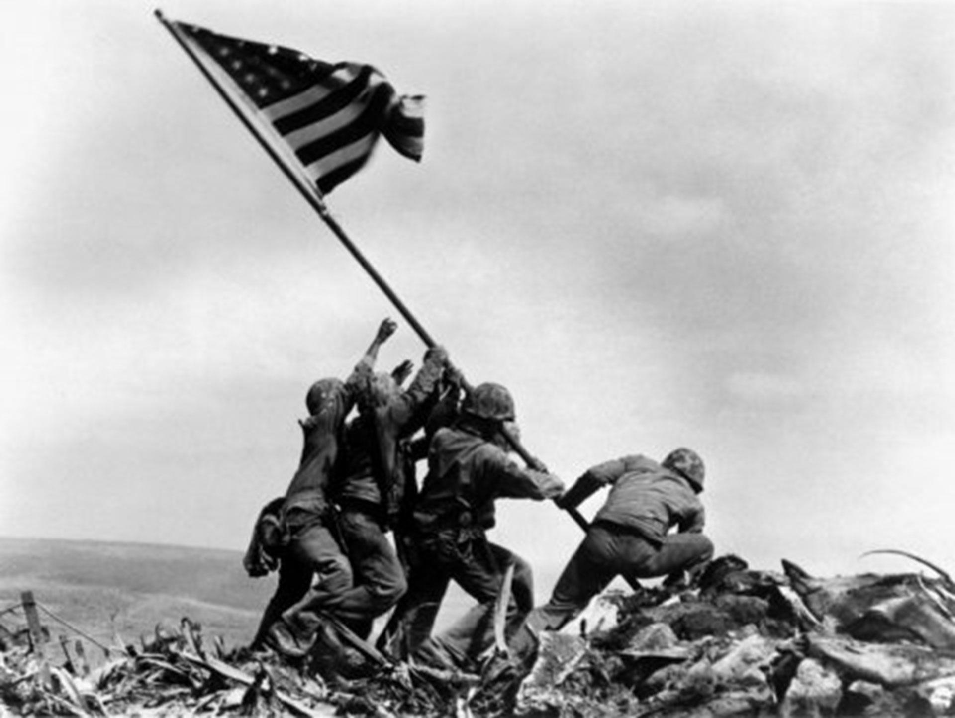 25 de febrero de 1945. La fotografía tomada por Joe Rosenthal, de la agencia AP. Recorrió las portadas del mundo y sirvió como inspiración para monumentos por todos los Estados Unidos
