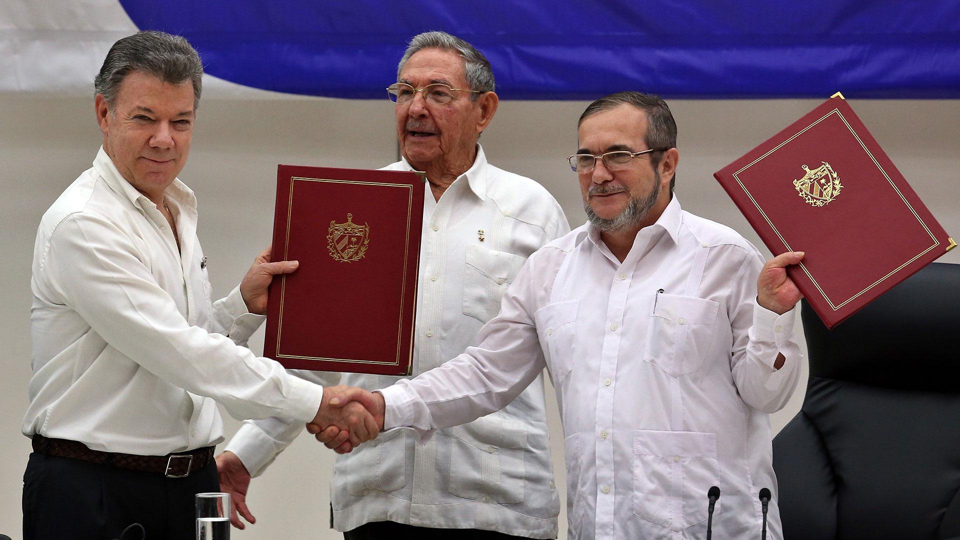 Firma del acuerdo de paz con el presidente Juan Manuel Santos y el exguerrillero de las FARC, alias Timochenko (EFE)
