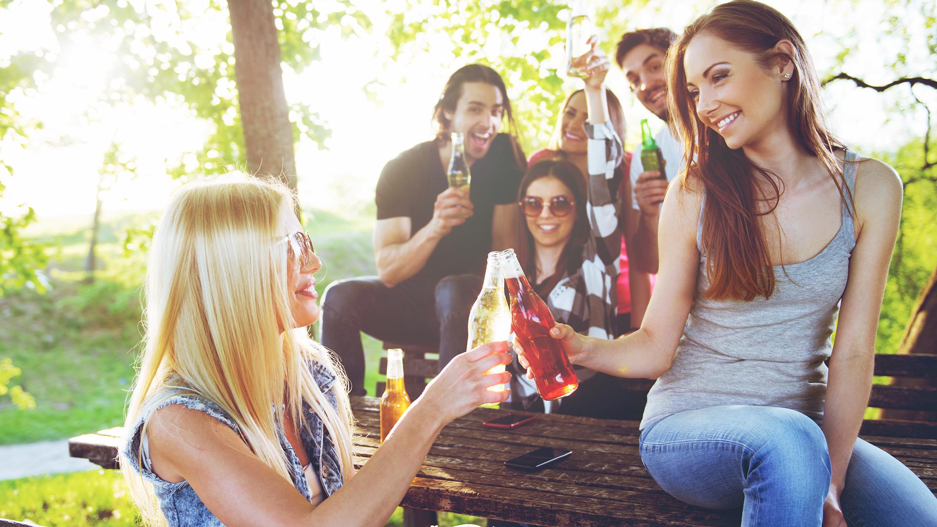 Los riesgos de las bebidas energizantes deberían equipararse a los del tabaco o a los del alcohol (Shutterstock)