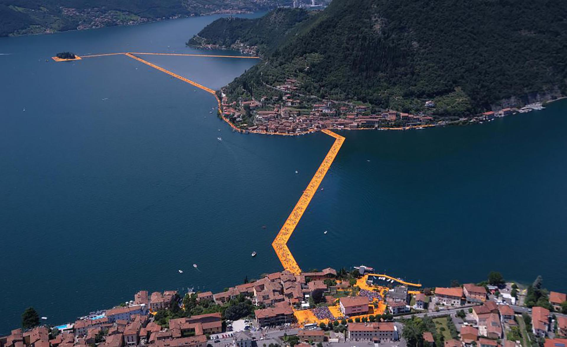Los tres kilómetros de pasarelas unen la localidad de Sulzano (a unos cien kilómetros de Milán) con el sur de la isla de Monte Isola y el islote de San Paola