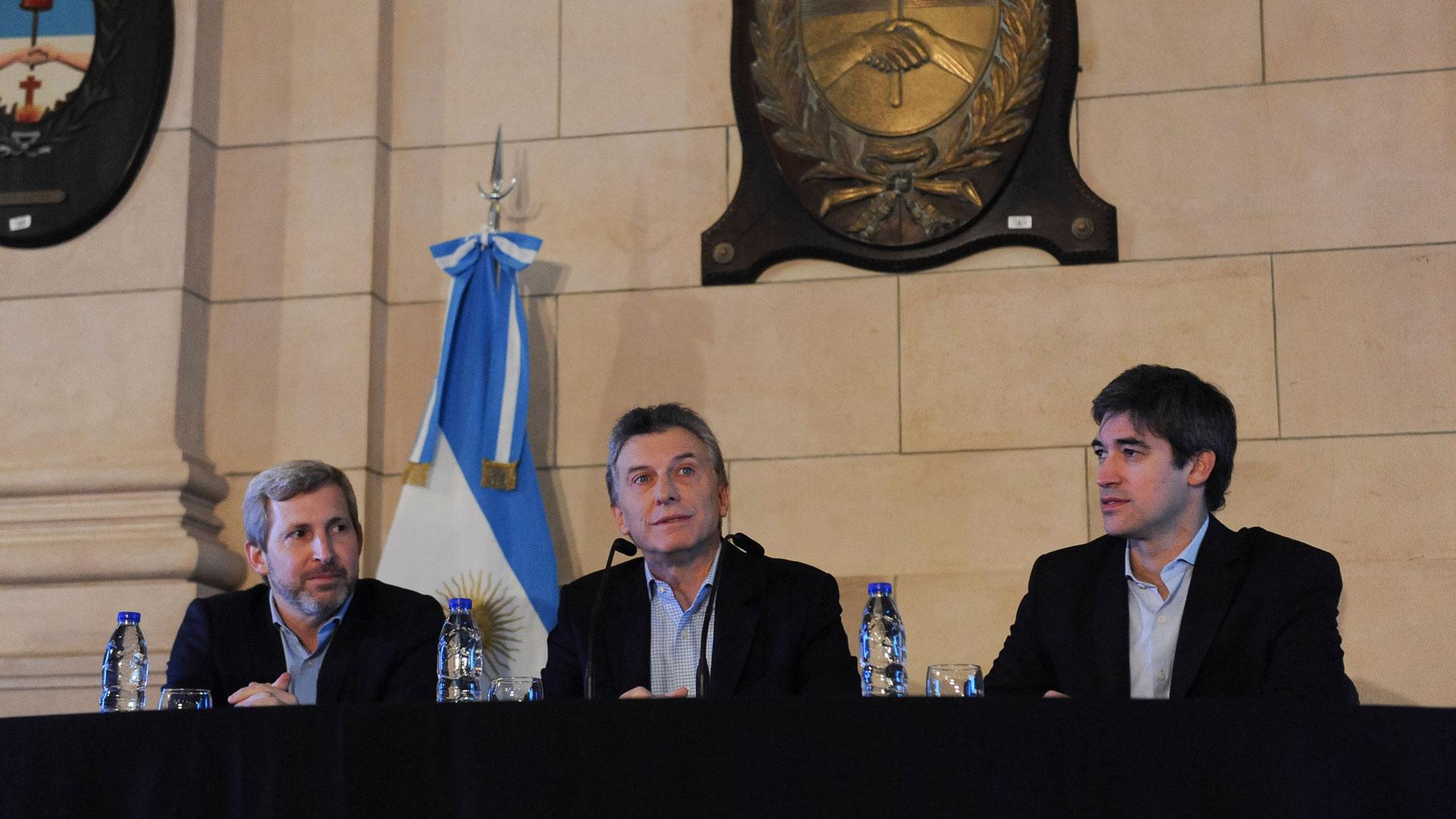 Mauricio Macri, Rogelio Frigerio y Adrián Pérez a mediados del 2016, en el anuncio de la Reforma Electoral que naufragó en el Senado