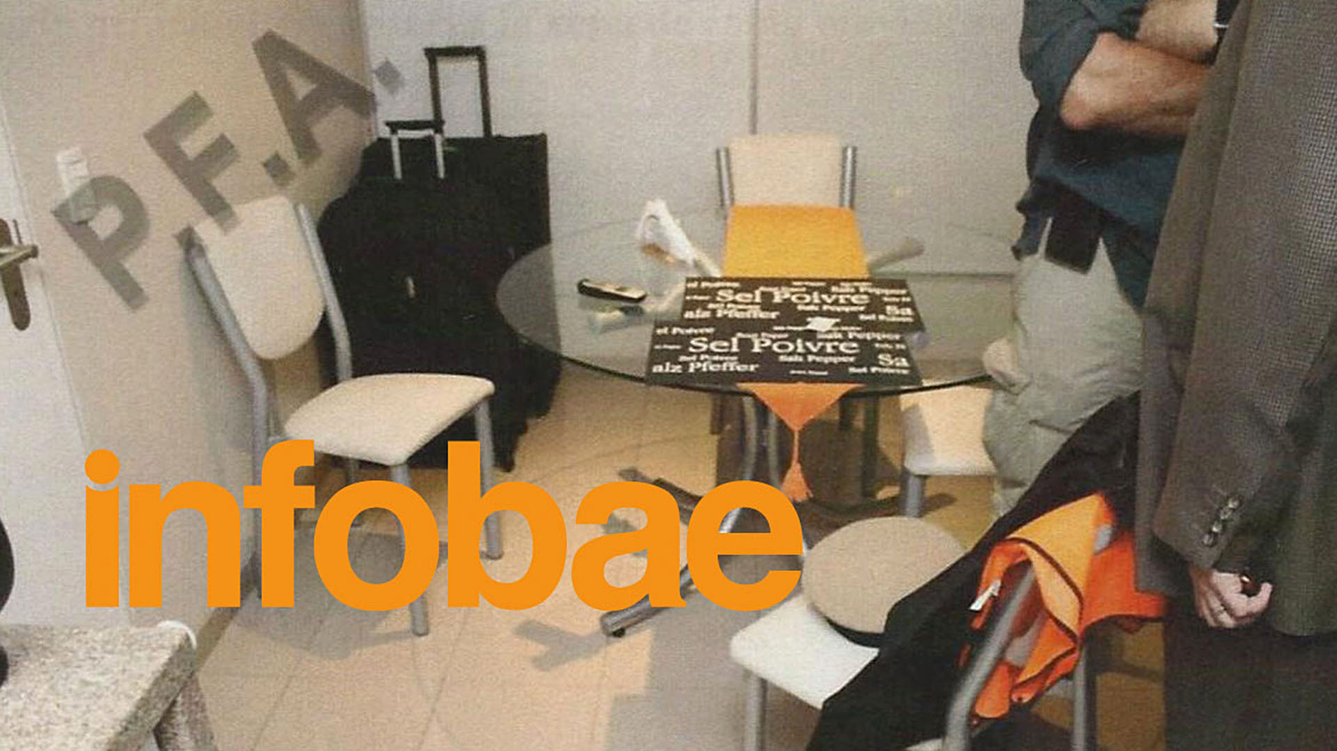 Un chaleco y un gorro de Prefectura sobre la mesa de la cocina(Infobae)