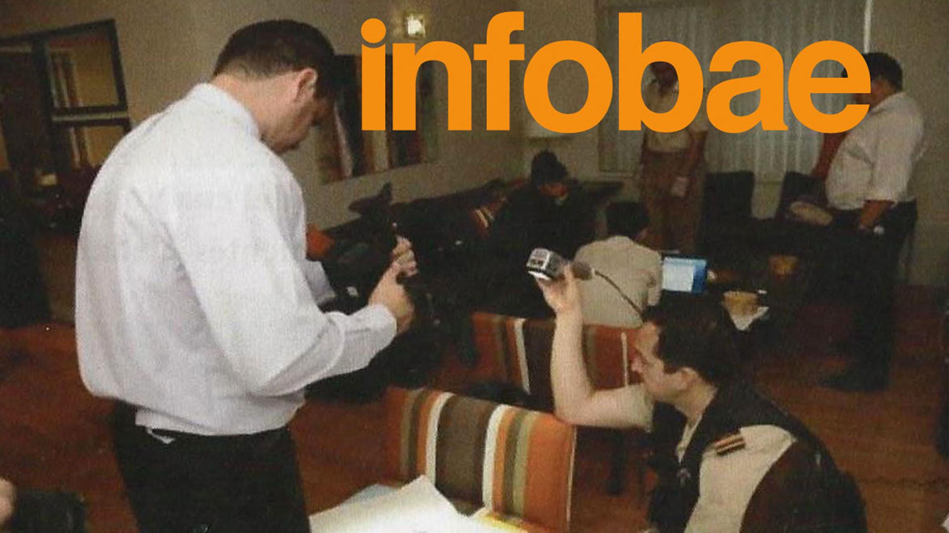 Los investigadores en el living del departamento de Nisman en las torres Le Parc(Infobae)