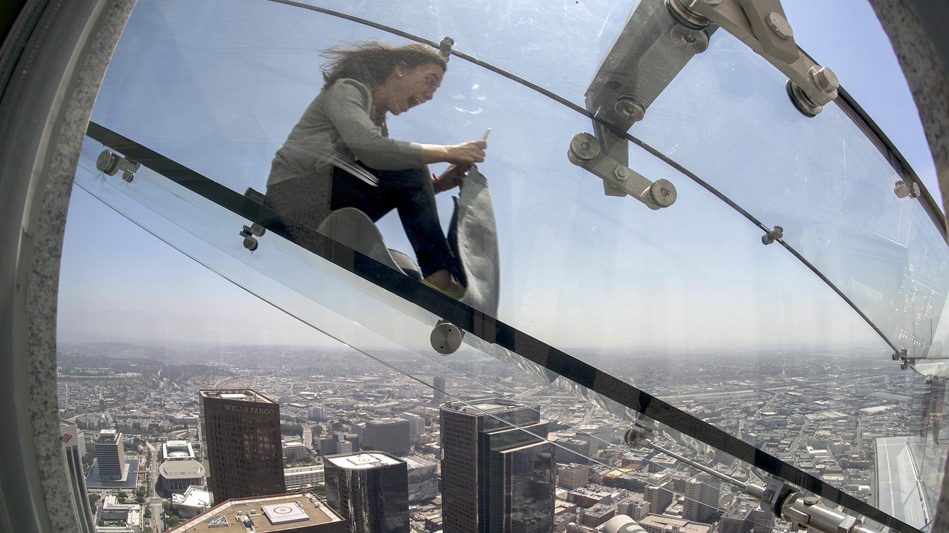 """La """"US Bank Tower"""" inaguró esta atracción a 300 metros de altura sobre el vacío (AFP)"""