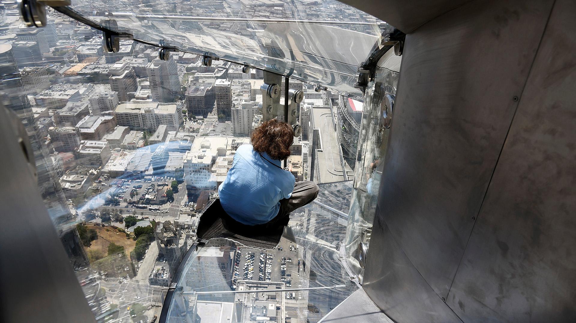 El tobogán está construído en vidrio de 10 centímetros de espesor y mide casi 11 metros de largo (REUTERS)