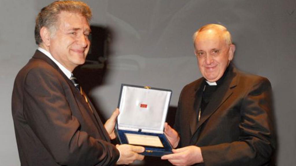 El rabino Abraham Skorka es el primer judío en recibir el doctorado honoris causa de la Universidad Católica Argentina (2012)