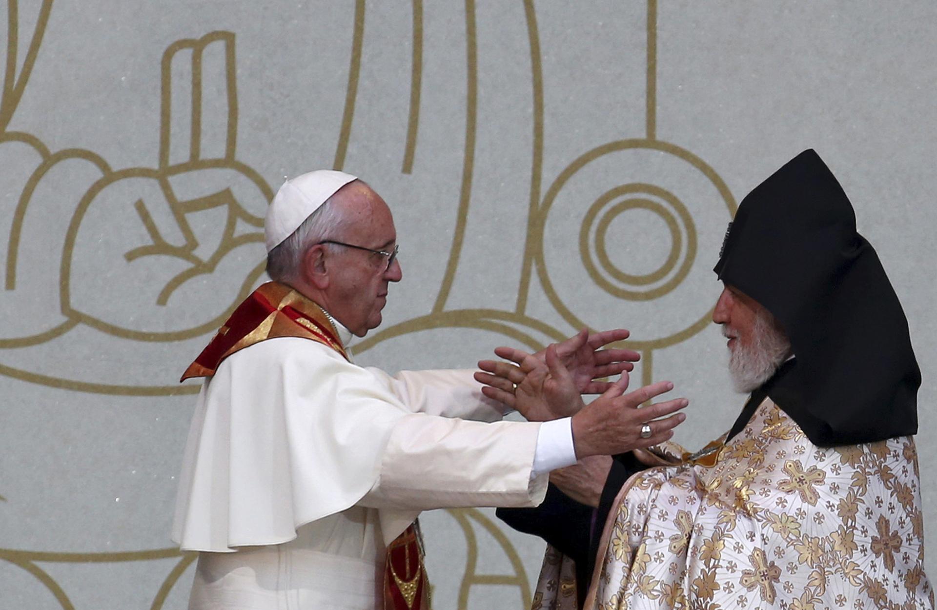 El papa Francisco viajó a Armenia donde rindió homenaje a las víctimas del genocidio junto al patriarca Su Santidad Catholicós Karekin II (Reuters)